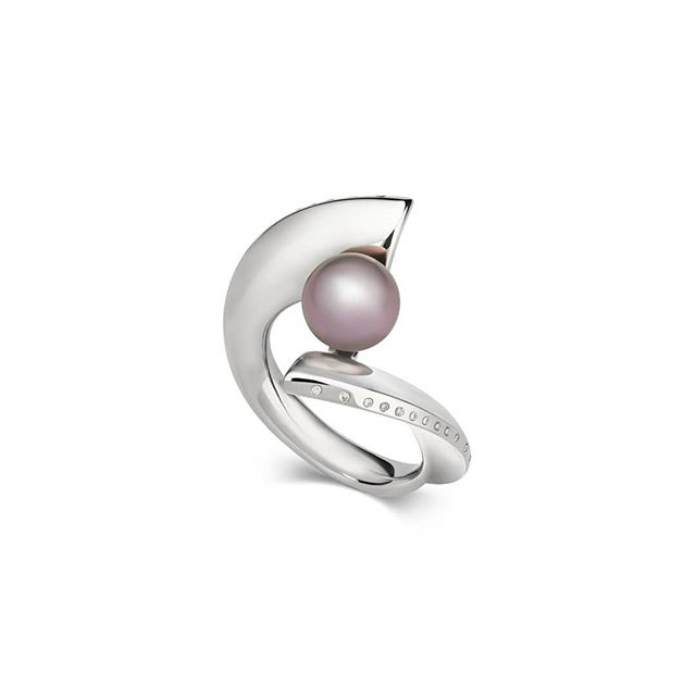 Introducing our Odyssey Ring; created in 18ct Fairmined gold and featuring a stunning Cortez Pearl and Origin Australia diamonds. It was inspired by the 'Tears of Heaven' legend. (Which tells of a time when people used to believe that pearls were the tears of heaven and the oysters caught them and protected them). This ring depicts the moment a tear of heaven drops beneath the waves to be nurtured into a pearl by an oyster. (Photography by @imagem.photography)#legends #pearl #cortezpearl #pearljewellery #pearljewelery #diamondjewellery #diamondjewelry #sea #waves #microsculpture #diamonds #odyssey #fairminedgold