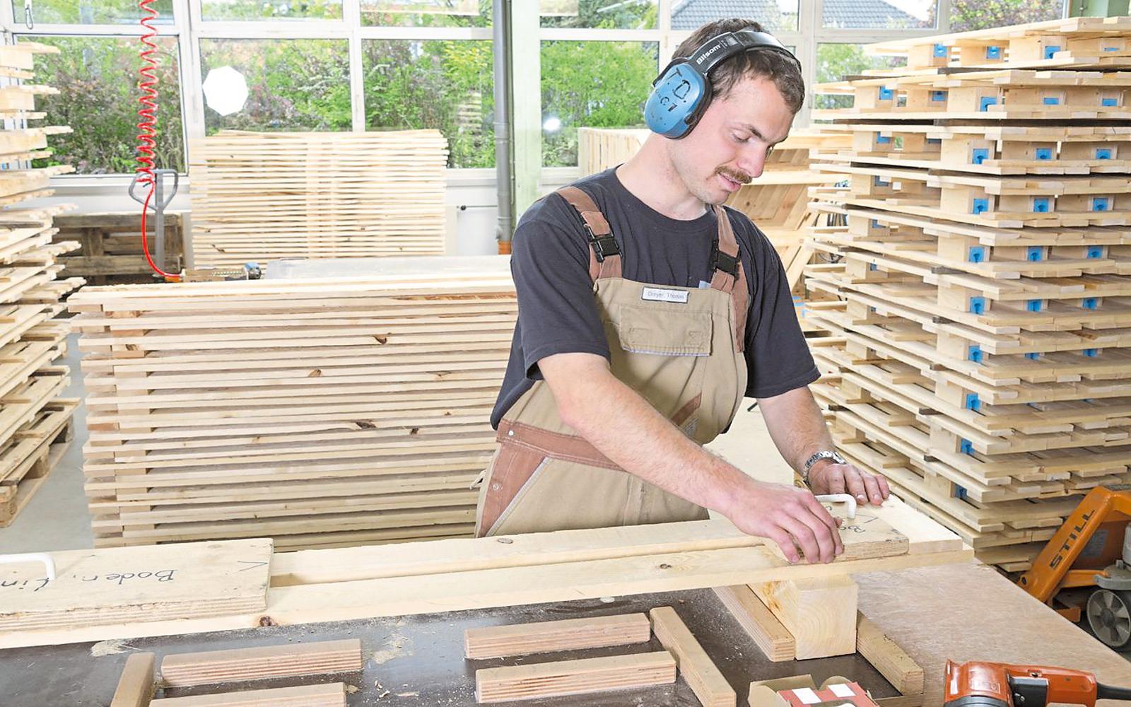 Die Palettenherstellung in den Holzwerkstätten.