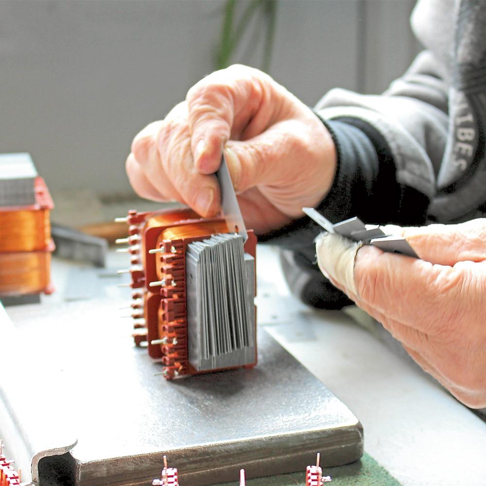 Montage von Transformatoren.