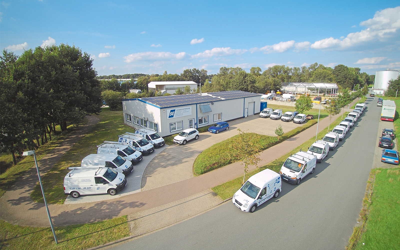 Der Firmensitz in Soltau mit dem Fuhrpark aus insgesamt 24 Kundendienstfahrzeugen.