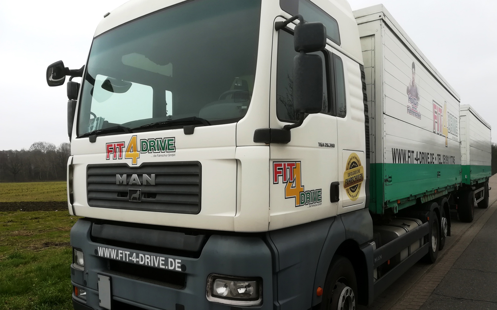 Für die Ausbildung von künftigen Berufskraftfahrern steht ein fahr- schuleigener LKW zur Verfügung.