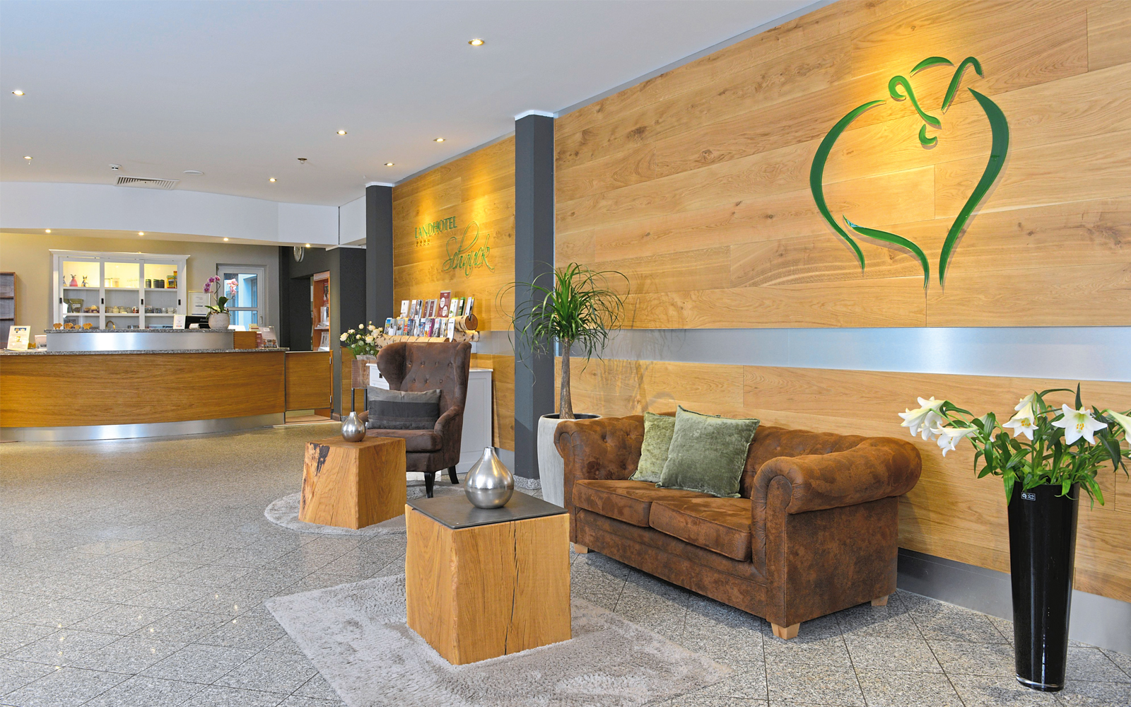Klare Formen, viel Holz und warme Farbtöne setzen im Hotel Akzente.