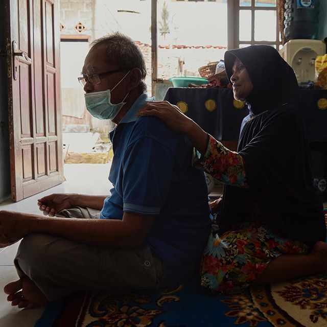 Ahjar suffers from TB, no longer works and suffers from depressions.Contracting TB can lead to isolation, difficult physological problems, premature death. Each day nearly 4500 people lose their lives to TB.About 15% of TB cases globally may be linked to diabetes.  An estimated 422 million people live globally with diabetes.#whereisjesperwestley #endtb #diabetes #socialdevelopmentgoals #sdg #indonesia #worldtbday