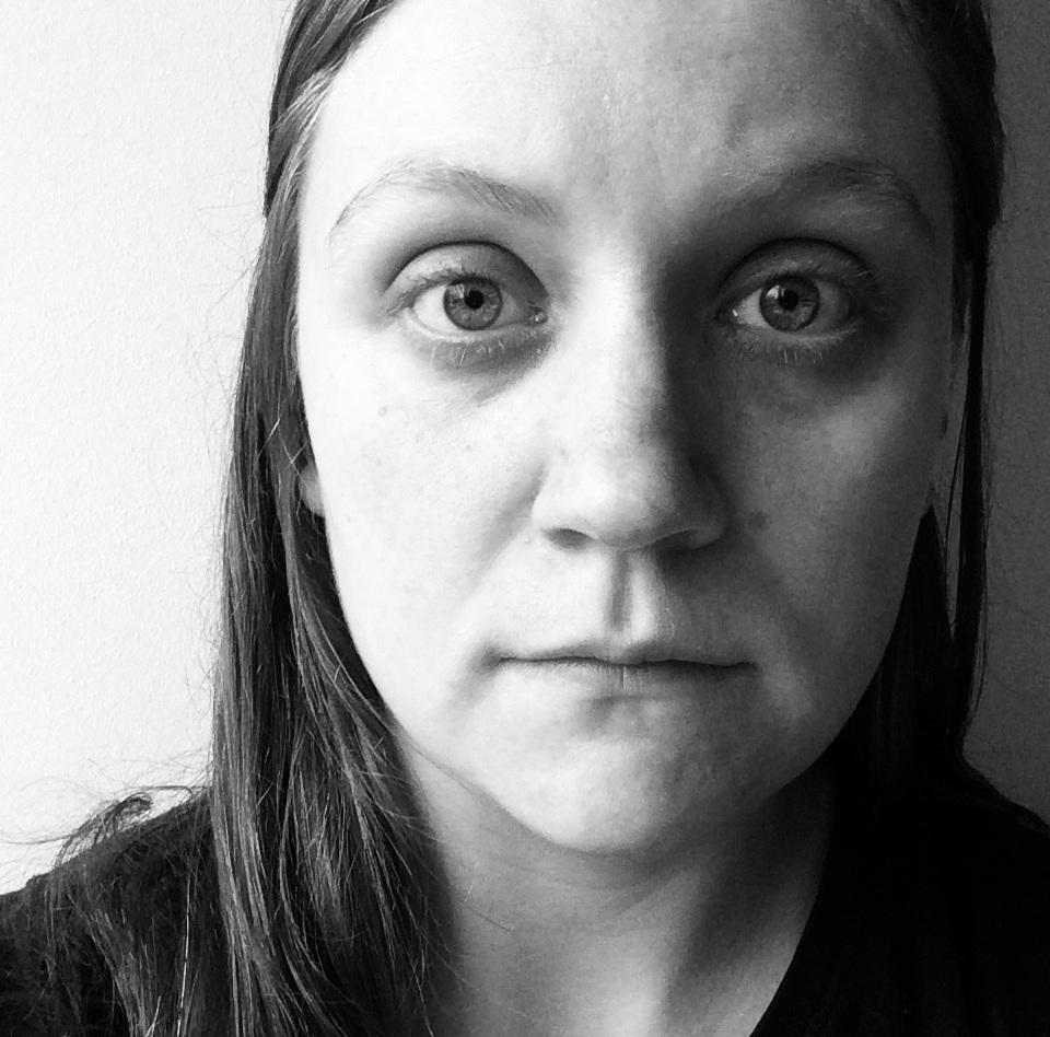 Om mig som startat och driver Skarv Sthlm - Jag som driver Skarv Sthlm heter Sofia Sjöqvist. Som infödd söderbo var det naturligt att förlägga min verksamhet till Södermalm.För mig har det varit viktigt att erbjuda det som jag själv har saknat på marknaden. Att skapa en mottagning som är mysig och inbjudande men samtidigt prestigelös och varm. Behandlingar som är tillgängliga för alla. Inga trötta ikeamöbler och ingen institutionskänsla. Att ta hand om sin psykiska hälsa ska kännas inspirerande och motiverande. Jag vill göra det till något självklart och ta bort alla associationer till mentalsjukhus, Freudsoffor, hjärnskrynkleri och så vidare.Att lägga tid på att utvecklas psykiskt, genom att förstå sig själv och sina egna mönster, borde vara något som alla människor har möjlighet att göra. Jag hoppas att det en dag ska kunna ge samma typ av associationer att gå till en samtalsterapeut som det gör att träna CrossFit, gå på yoga eller åka på spa. Vårt psyke är lika viktigt, och behöver lika mycket uppmärksamhet, som vår fysiska kropp. Ändå anses det i många fall som lite konstigt eller udda att gå i terapi. Detta vill jag ändra på.Min uppfattning är att det inte behöver ha hänt något speciellt för att det ska vara läge att ta tag i sin mentala hälsa. Det är alltid rätt tid att börja se, acceptera och förändra sina invanda tanke- och beteendemönster. Men det är ofta svårt att göra på egen hand. En samtalsterapeut fungerar som en coach, som hjälper dig att bena ut och förstå dig på det som känns trassligt. Att ta hjälp av en terapeut är alltid en bra idé. Att göra det är att ta ansvar för sig själv, sin hälsa och sin omgivning. Och min strävan är att det ska vara något positivt och inspirerande. Och det ska definitivt inte vara något som du behöver göra ensam.En viktig aspekt med Skarv Sthlm är tillgänglighet. Jag vill att verksamheten ska finnas när och där den behövs. Du ska inte behöva ta ledigt från jobbet för att komma hit eller överväga om du har råd med terapi. 