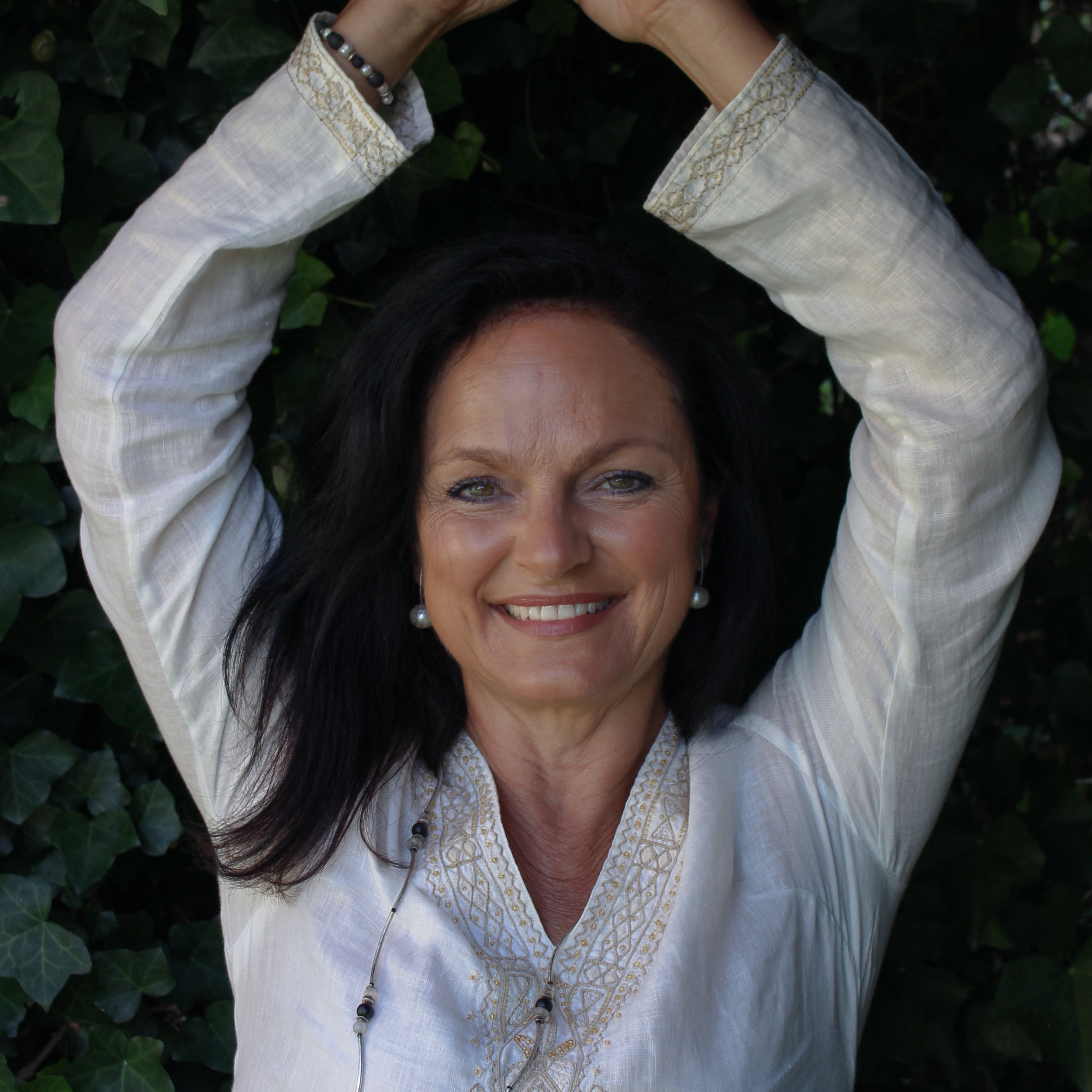 Angelika Khüny in der Yoga-Pose Baum