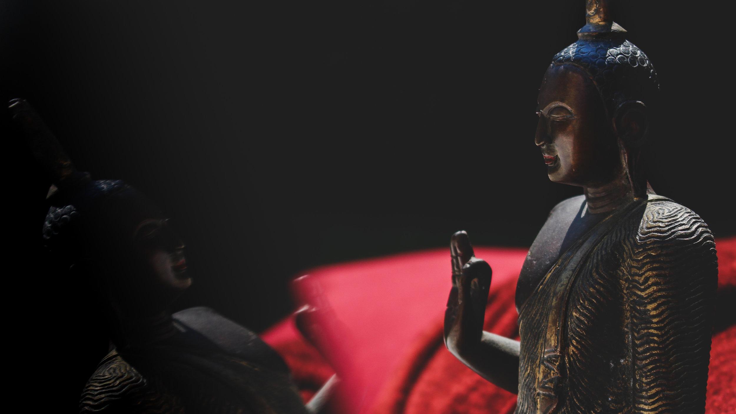 Buddha vor rotem und dunklem Hintergrund