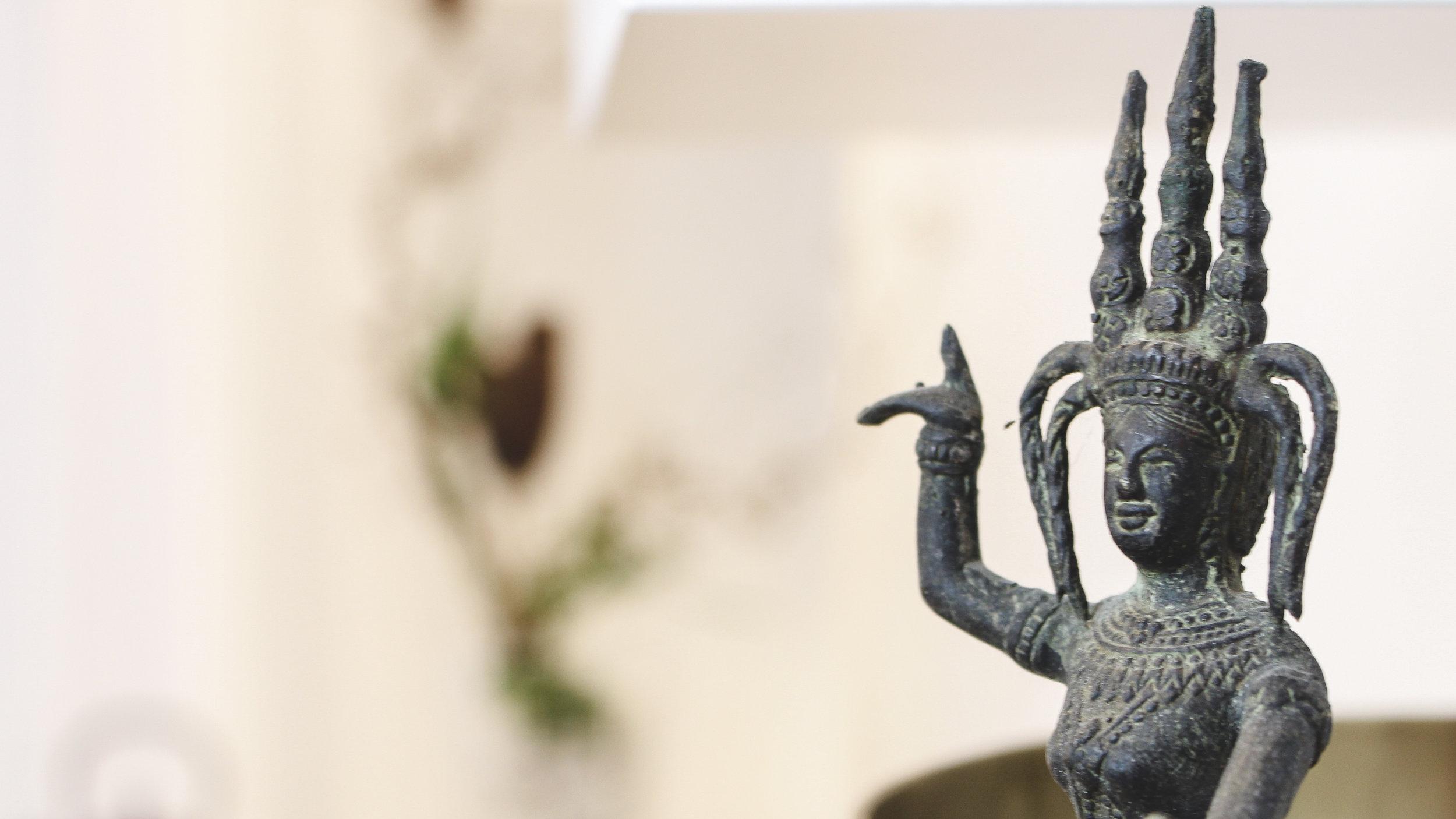 Figur vor hellem Hintergrund im Yoga-Klang-Studio Innsbruck