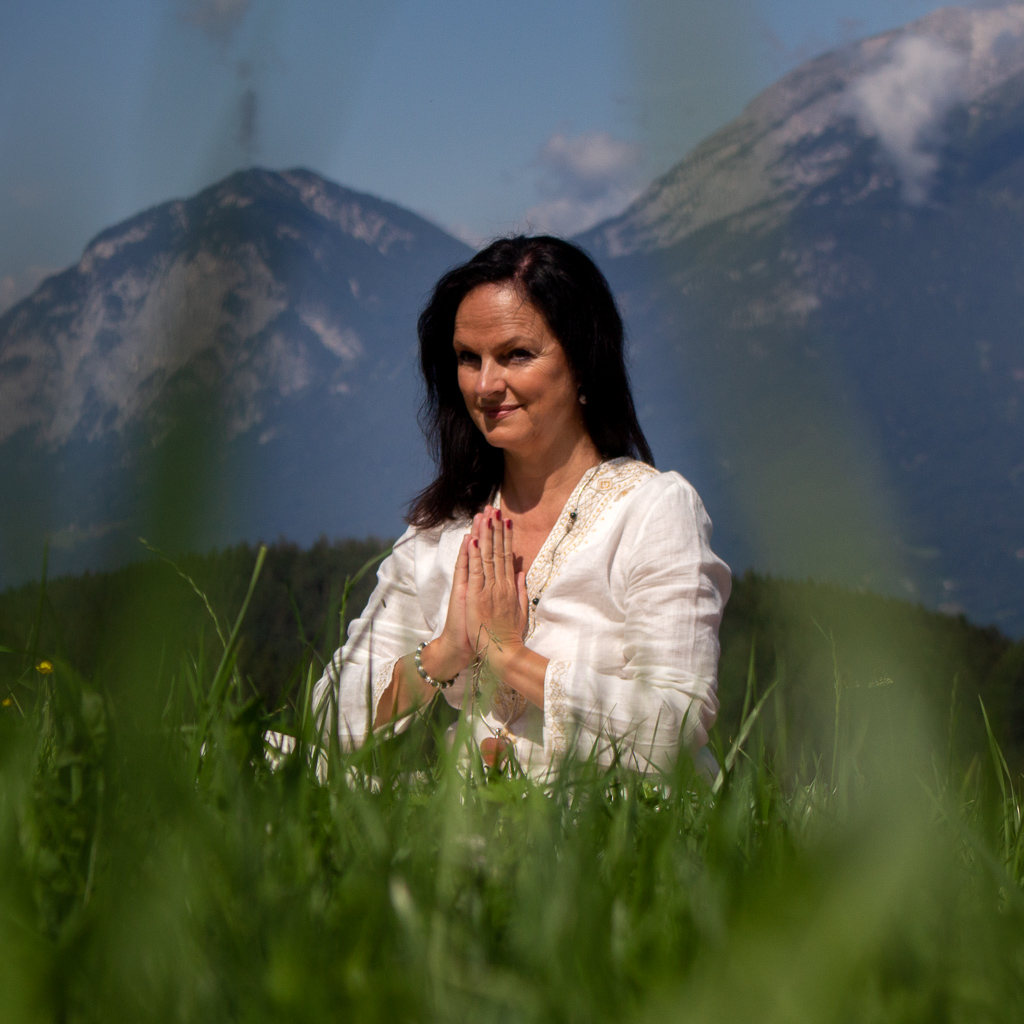 Angelika Khüny bei einer Yoga-Pose im Freien