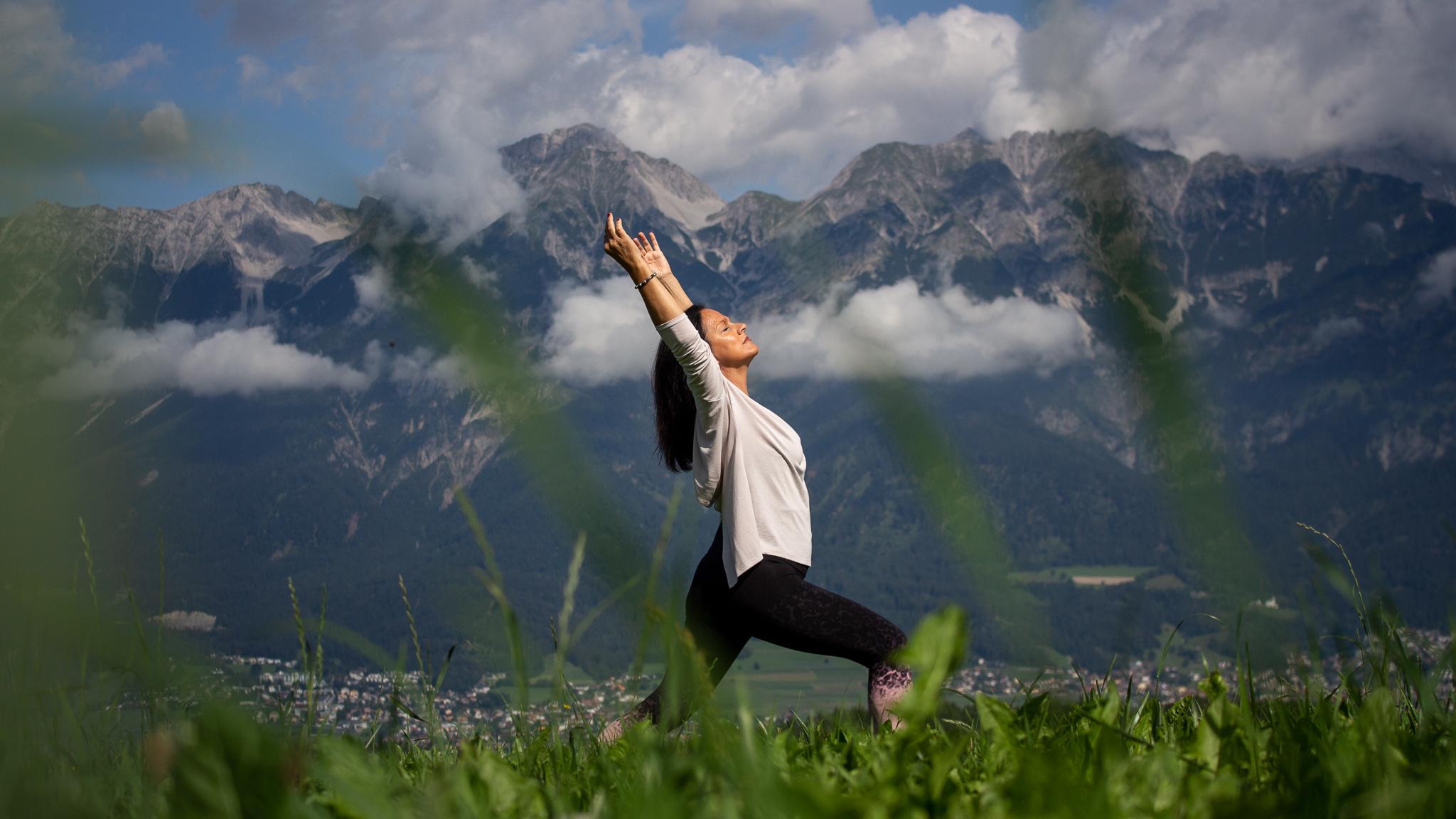 Angelika Khüny in einer Yoga-Pose im Freien