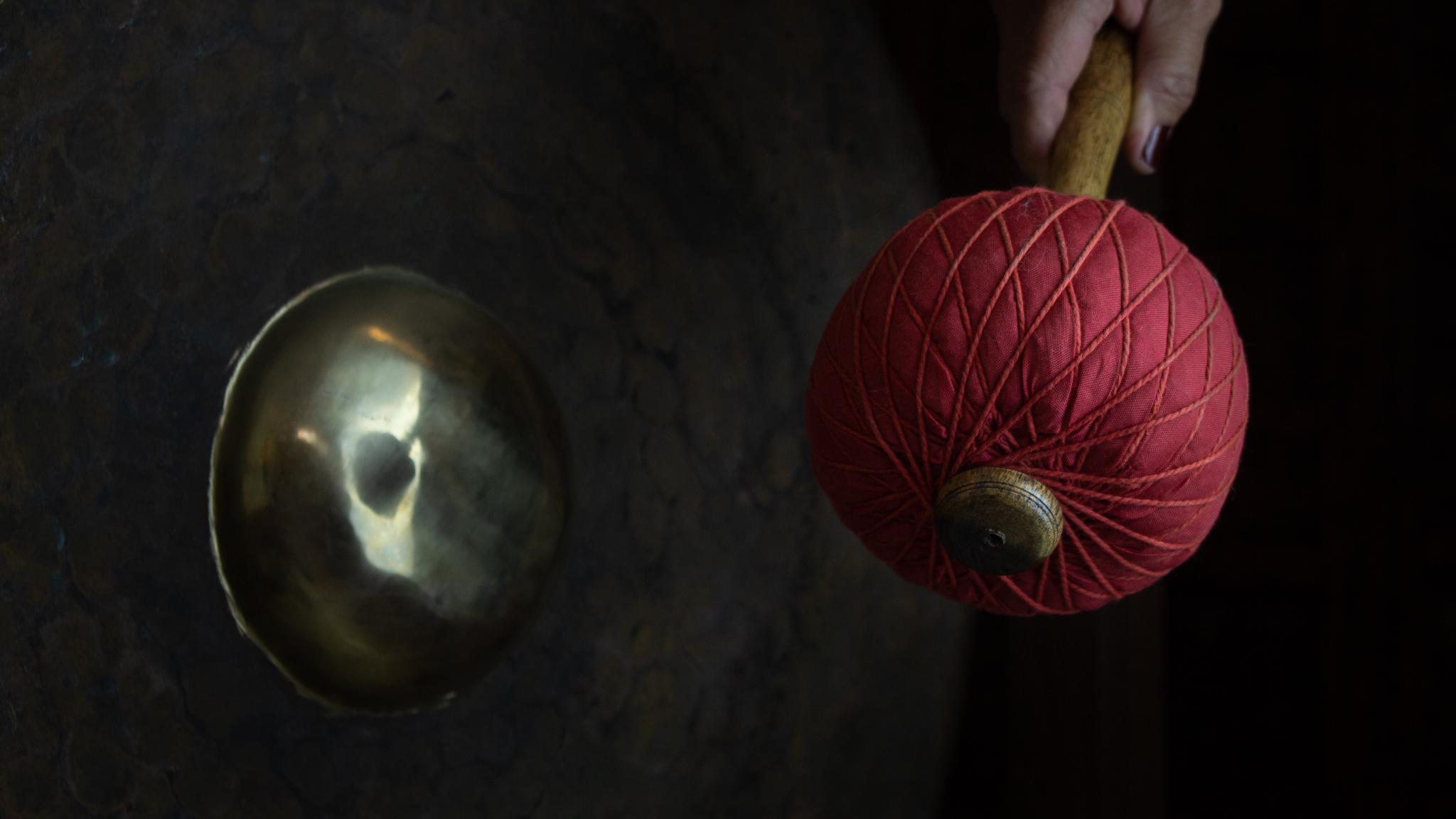 Gong mit rotem Schlögel im Studio der Yoga-Wolke
