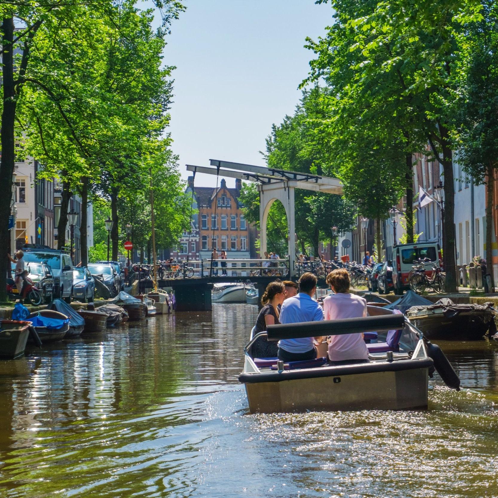 bootje huren en zelf varen door amsterdam