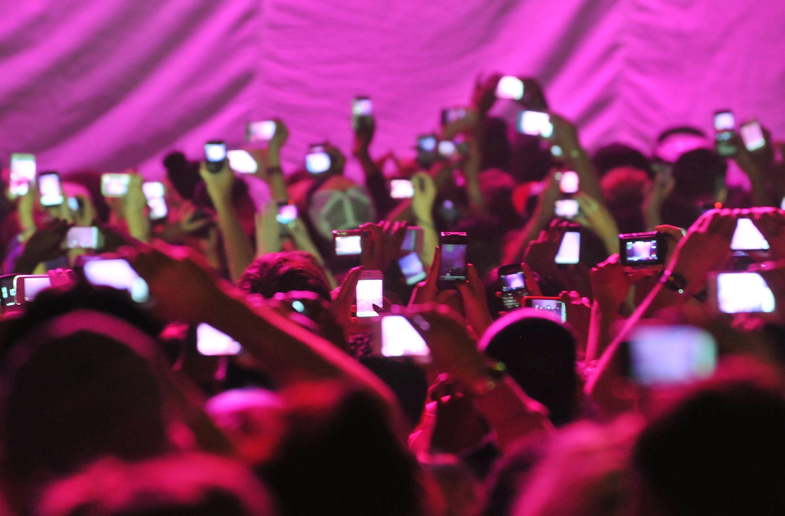 160628-phones-concert-ef-1343_619b6efdfb050696ee7e953a2faf1eef[1].jpg