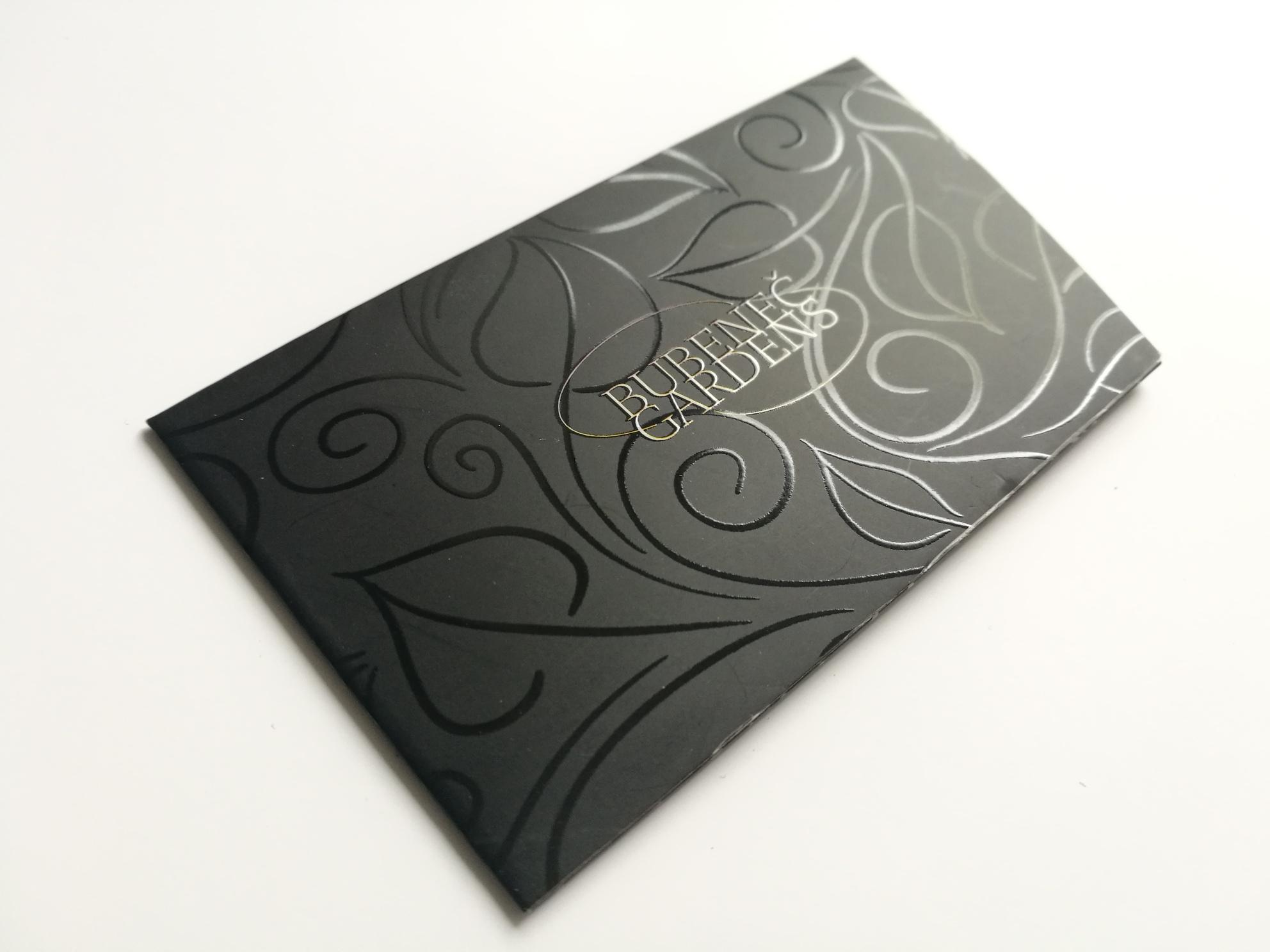 POUZDRO NA VIZITKu S PARCIÁLNÍM UV LAKEM - Parciální lak je vytisknutý na nepotisknutý černý papír, na kterém vytváří lesklý efekt.