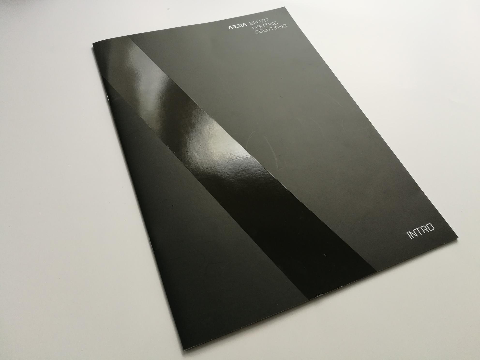 Reklamní brožury S PARCIÁLNÍM UV LAKEM - Firemní prezetnace, který má na tmavé obálce UV lak.