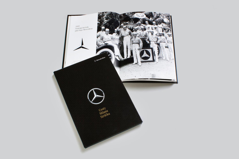 Knihy s personalizovaným názvem na deskách a textem uvnitř - Tiskli jsme personalizovanou knihu s vazbou V8 o historii Mercedes Benz. Obálka knihy obsahovala jméno a příjmení zákazníka. Uvnitř knihy byl příběhy z historie firmy. Příběhy byly personalizované jmény zákazníků. Každý zákazník dostal knihu, v které byl zmíněn.