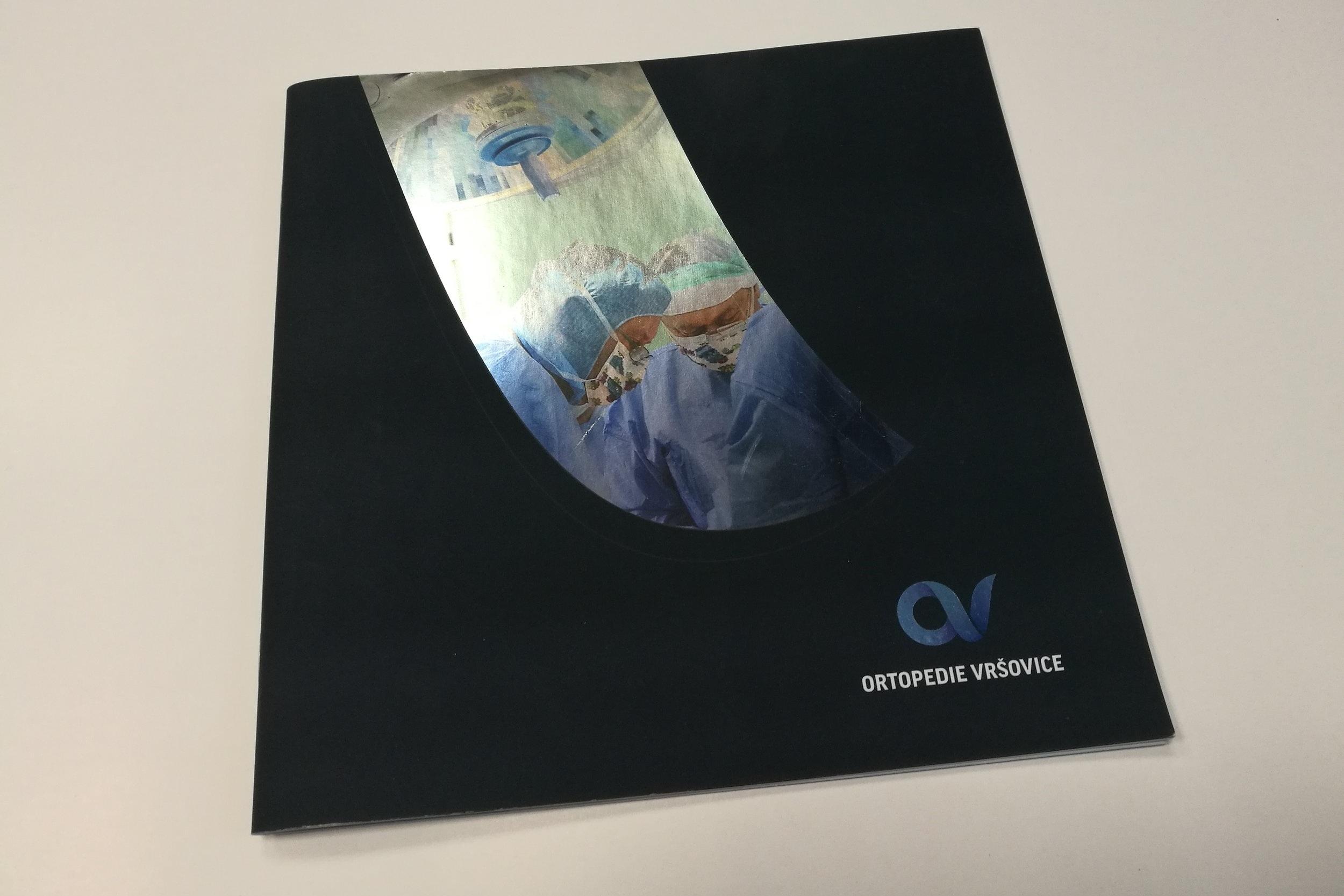 FIREMNÍ PREZENTACE - Reklamní brožura, prezentace zdravotnického zařízení, na obálce stříbrná folie s přetiskem.