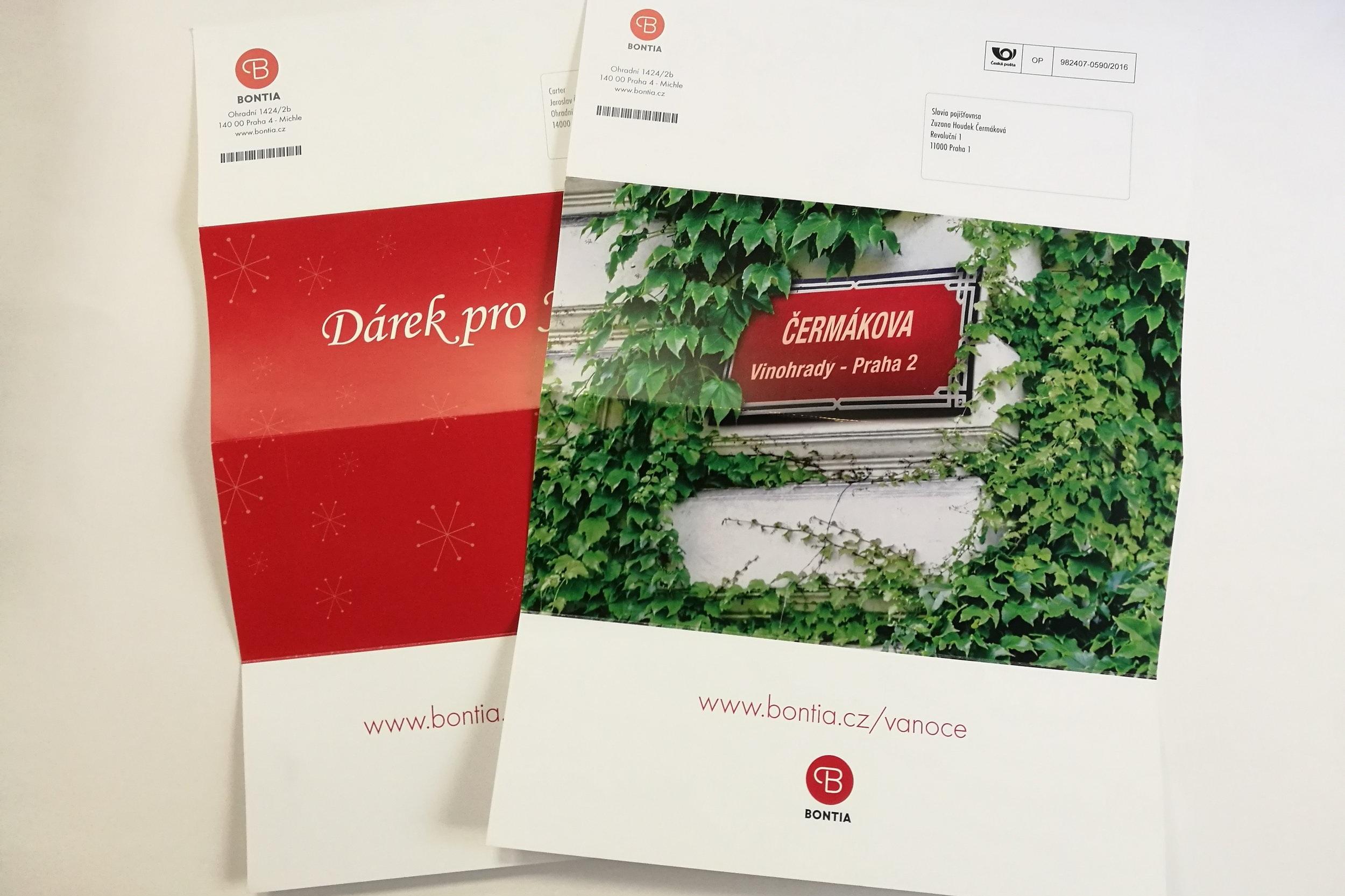 Personalizované dopisy s rozesláním poštou - Tiskli jsme nabídkové dopisy adresované těm zákazníkům, kteří neotevírali reklamní emaily. Každý zákazník obdržel vizuál s cedulí s názvem podle jeho příjmení.
