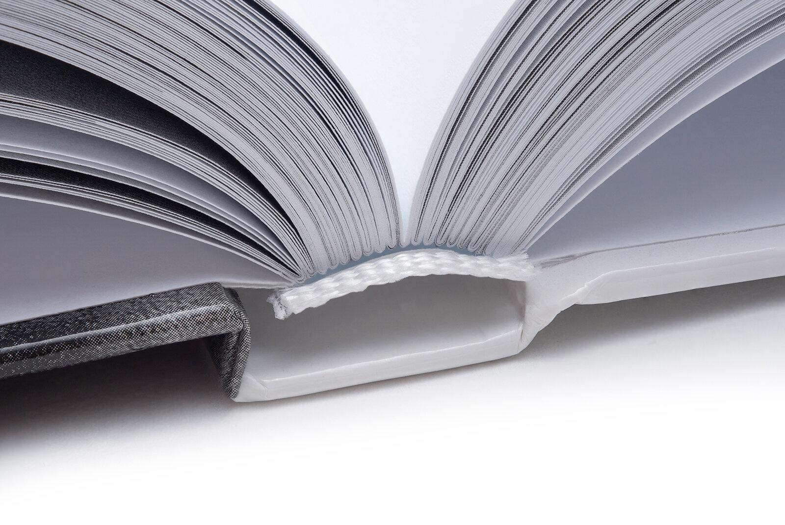 Listy sešité do složek a složky vlepené do tuhých desek pomocí předsádek -
