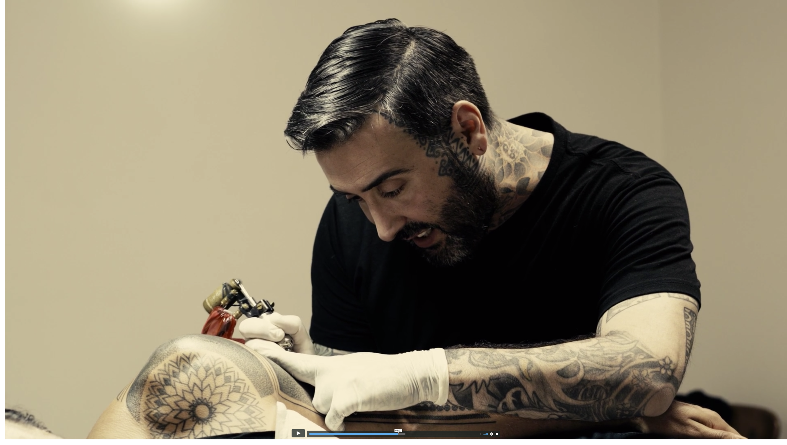 """Alvaro Flores - ショート・ドキュメンタリー制作物:映像""""Alvaro Flores=アルヴァロ・フローレス""""は、オーストラリアで最も人気の高いタトゥー・アーティストについての物語だ。1年以上の予約待ちと言われるが、その技は驚くほど緻密で美しい。彼のインスピレーションの源や、飽くなき探究心の背後にあるもの、そして人の身体に永遠に残る作品を彫りつけることの意味を知りたくて、このショート・ドキュメンタリーを撮影した。"""