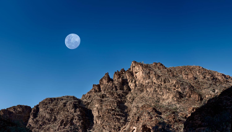 """Gravity - 写真展展示作品""""Gravity=重力""""は南オーストラリア州のフリンダース山脈の荒々しい美しさと、壮大な長さの時間に対峙してきた自然のスケールを捉えたシリーズ。地球上の複雑系生命と同じほどの長い地質学的歴史を誇るこの地の風景の中に身を置くと、自身の存在の短さに思いを馳せることとなる。宇宙規模で見た地球の変革や先史時代の山脈への侵食は全て宇宙全体に作用を及ぼす重力により引き起こされたもの。そこに絶えず変化する生命の本質を見る。この風景とそこで紡がれてきた物語が、人間の短い人生をはるかに凌ぐ大きな時の流れを感じさせ、新たな視点を与えてくれるのだろう。"""