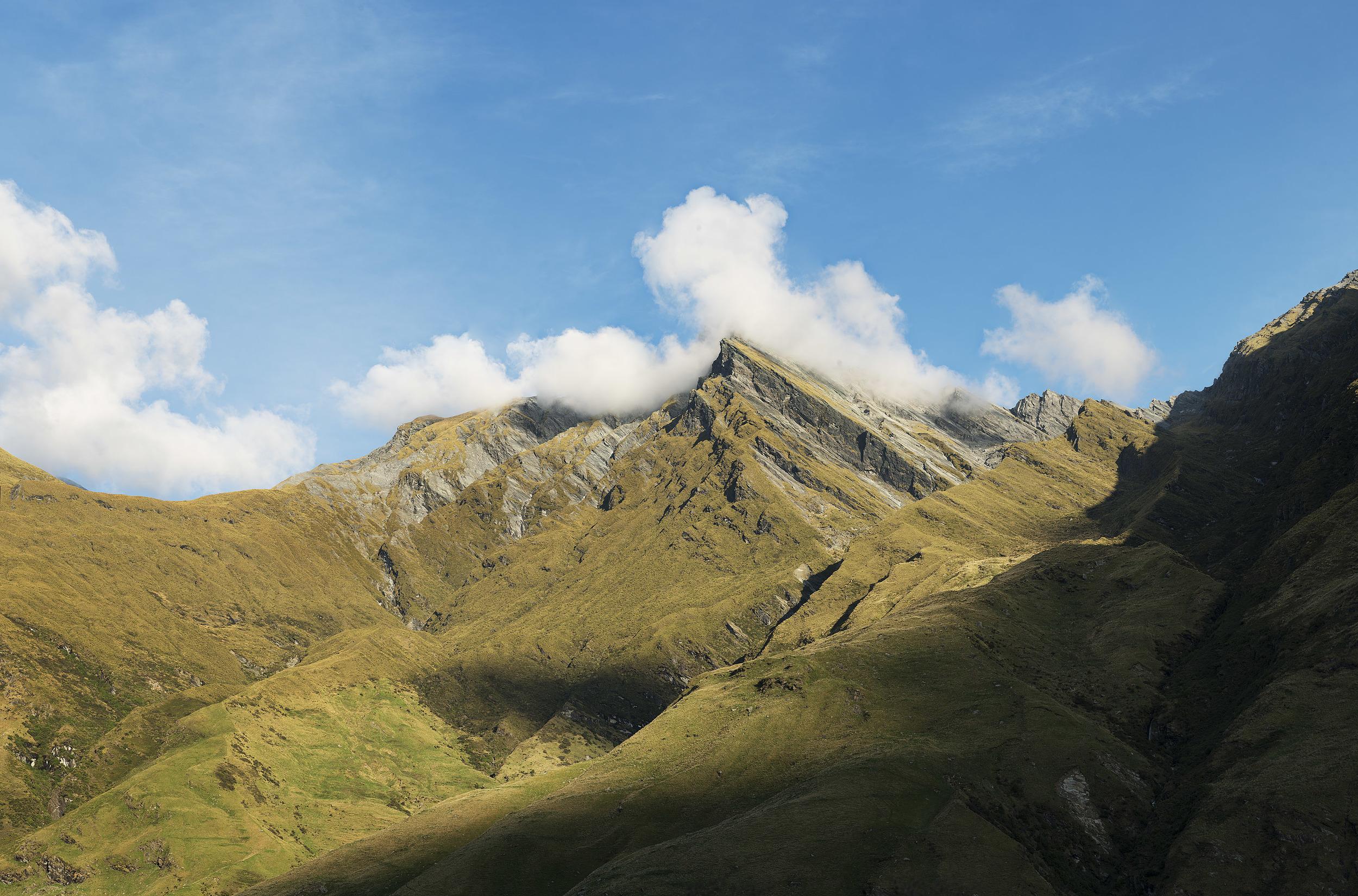 """Land of the Long White cloud - 写真展展示作品とタイムラプスフィルム""""Land of the Long White cloud=長い白雲の国""""を撮影したニュージーランドの南島は手つかずの美しい自然が残された、素晴らしい景色の宝庫だ。2回きりの訪問では島の上っ面をなでただけに過ぎないが、それでも感動的ないくつかの風景に出会うことができた。森に潜み、隙をみては血を吸おうと現れる鬱陶しいサンドフライを除けば、ここは完璧なパラダイスであり、また何度も訪れたい場所である。"""