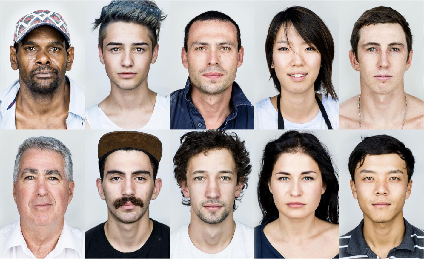 """Sydney faces - 写真展展示作品""""Sydney faces=シドニーの人々""""はシドニーという都市を形成する人々の顔に焦点を当てたプロジェクト。人類というくくりの中に存在する様々な違いを掘り下げたいという思いから取り組みを始めたが、撮影を進める中でこのプロジェクトが興味深い実験であることに気がついた。シドニーのような多文化共生都市で育まれた多様性が表現されていたのだ。時の流れの中のある一つのタイミングをシドニーで共有している人々を捉えたこれらのスナップショットが、歴史的な意味を持つ資料としてビジュアルタイムカプセルのような役割を将来果たすことになれば嬉しい。人々の共通点と相違点の両方を一つの文脈の中で表現することができたのは、素晴らしい収穫だった。"""