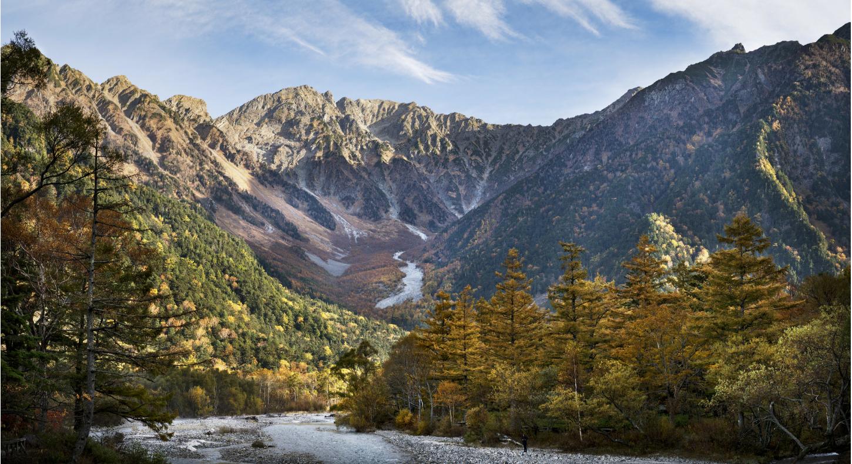"""Kamikochi - 風景写真シリーズ作品東京から数時間ほど離れた景勝地である上高地で撮影した風景写真シリーズ、""""Kamikochi=上高地""""。「日本のイエローストーン国立公園」と評されることもある地域だが、むしろ「自然のディズニーランド」と呼ぶべきだと思う。毎日、何千人もの観光客がバスで訪れ日帰り旅行を楽しむこの地には、素晴らしい自然の景色のすぐ隣にレストランやホテル、ショップが立ち並んでいる。ある朝4時に日の出を撮影しようと外に出、氷点下の気温に手の感覚が全くなくなってしまったことがある。が、近くにあった自動販売機で購入した温かいはちみつレモンにより、問題はすぐに解決された。美しい自然と、多くの旅行者を支えるインフラストラクチャが完璧な形で共存しているのだ。"""