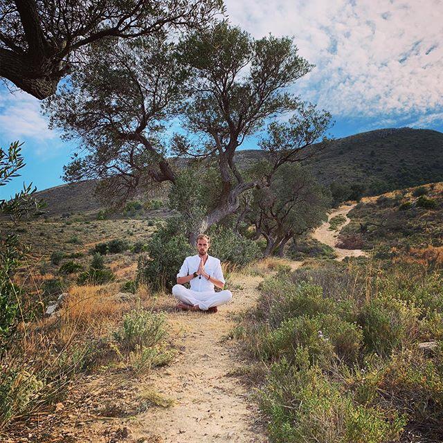 Recarga tus baterías en plena naturaleza.  Siempre me siento recargado después de una refrescante caminata en las montañas o de un chapuzón en el mar. #naturaleza #malaga #reikimalaga #reikienergy #recharge #nature #meditate #energiapositiva #reikipractitioner #reikienergy #reikihealing #love #nubes #healing #reikimaster