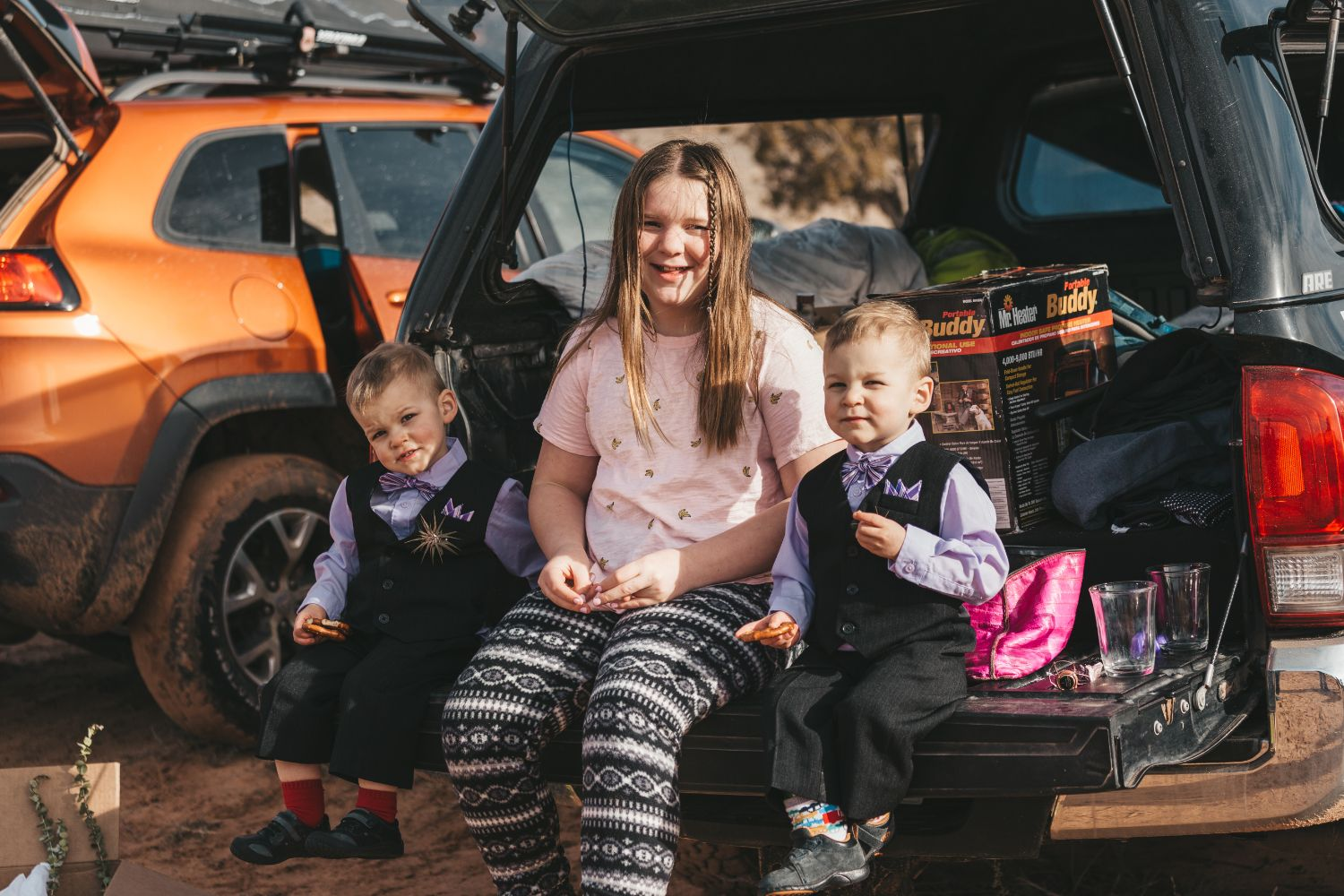 kids-sit-back-of-truck-utah-desert-elopement