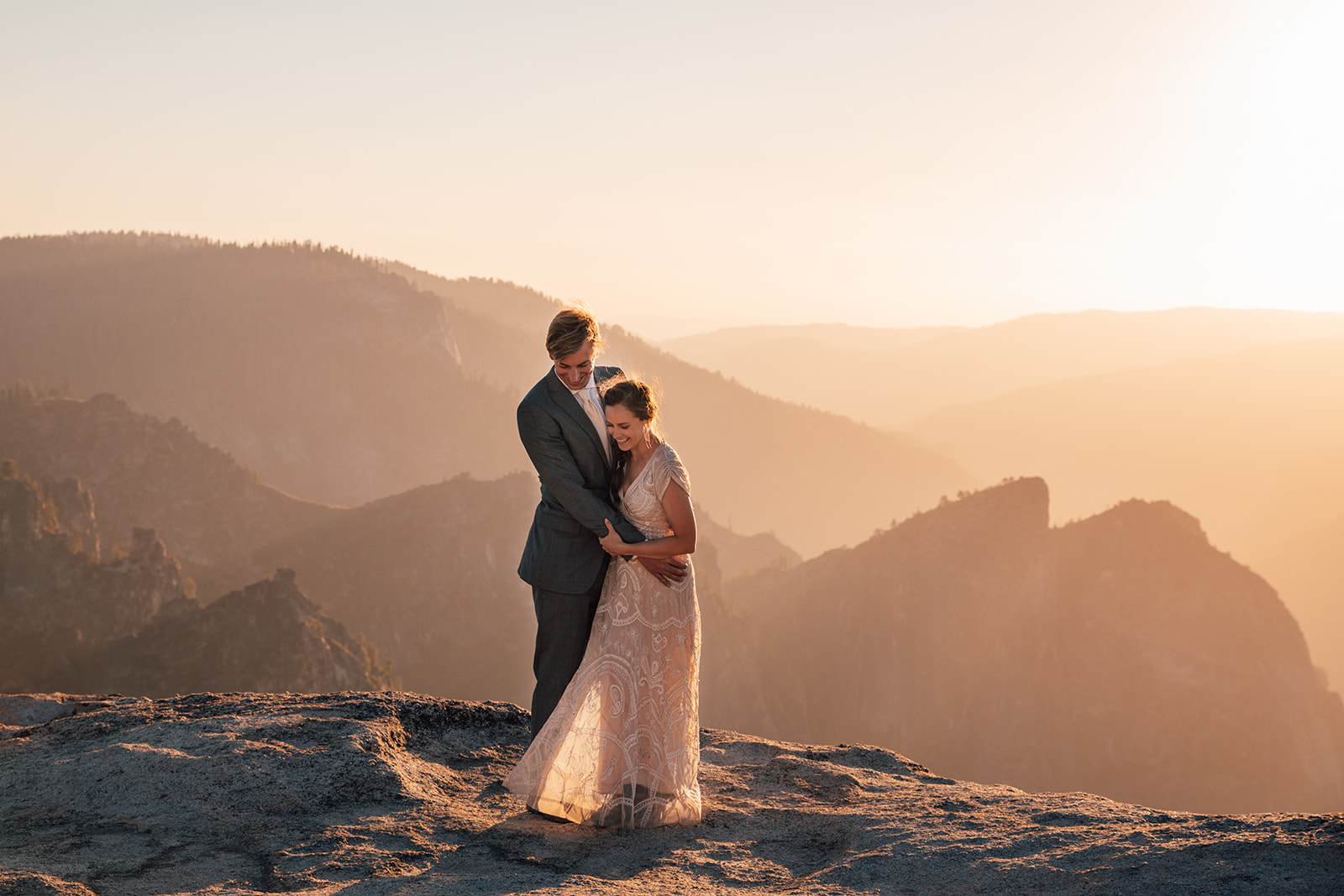 couple-eloping-yosemite-mountains