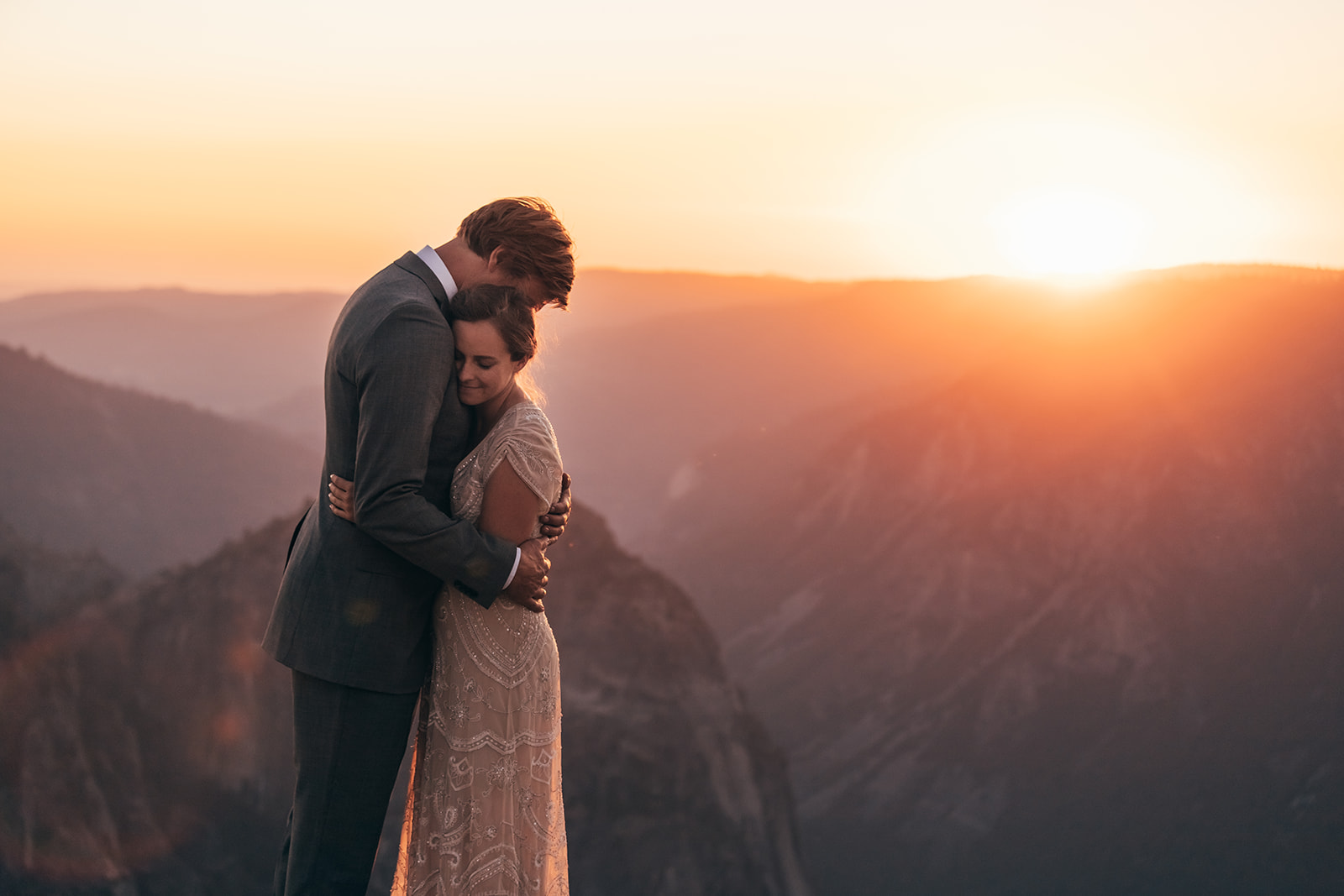 couple-hug-mountains-sunset