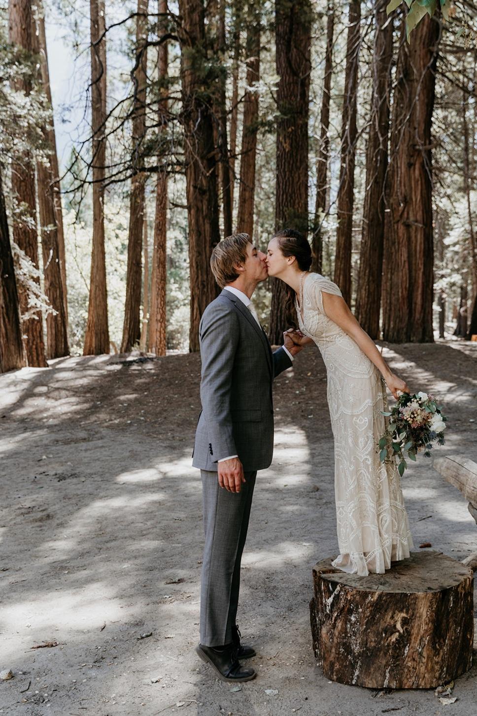 Bride-stands-stump