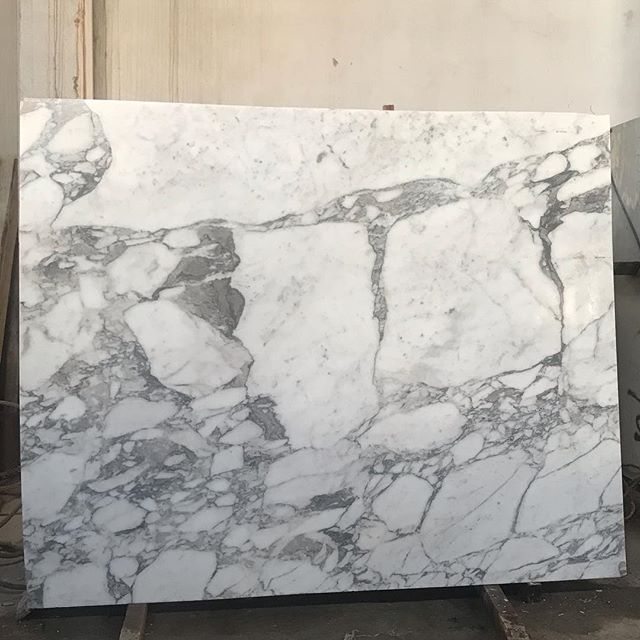 Arabescato slabs : 250x200  #white#grey#veins#marble#natural#stone#nature#love#pictureoftheday#italy#block#lebanesedesigners#inspiration#interiordesign#luxury#lebanesearchitecture#home#decor#design#factory#monday#beirut#lebanon#marmgroup