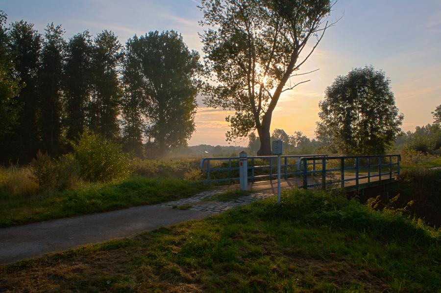 """Ijzerenweg - De """"Ijzerenweg"""" is de naam van een fietspad dat Tienen, Zoutleeuw en Diest met mekaar verbindt, de naam verwijst naar de spoorwegbeddig waarop het pad werd aangelegd. Deze bedding maakte deel uit van de spoorlijn Tienen-Diest-Mol, die in 1878 in gebruik werd genomen. In Drieslinter was er een aftakking naar Sint-Truiden. Deze werd in 1879 verlengd tot Tongeren. In 1957 werd het reizigersverkeer stopgezet en vervangen door auttobusvervoer. In 1966 reed de laatste goederentrrein tussen Halen en Drieslinter. De sporen werden opgebroken en op de bedding werd in 1993-1994 het fietspad aangelegd. http://www.fietsroute.org/fietsen/fietsroute/ijzerenwegroute"""