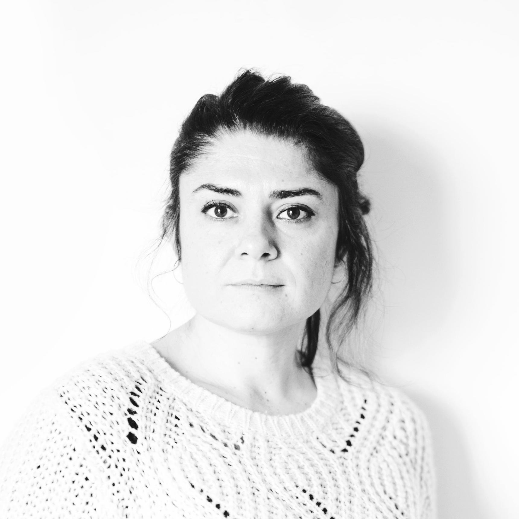 TEODORA MALAVENDA - Teodora Malavenda, photo editor e curatrice, dopo la laurea in Beni Culturali, ha iniziato a lavorare nel campo delle arti visive, maturando diverse esperienze nell'ambito della curatela, del project management e della comunicazione. Ha ideato e diretto Maps Magazine e ha fatto parte di Duae, collettivo con base a Barcellona attivo nel campo della ricerca artistica. È photo editor di We - World Energy, trimestrale internazionale dedicato al mondo dell'innovazione e dell'energia. Collabora con istituzioni artistico-culturali e con fotografi offrendo consulenza nelle fasi di produzione, gestione e promozione dei progetti. Partecipa spesso ad eventi in qualità di lettrice portfolio e prende parte alla giuria di premi fotografici.
