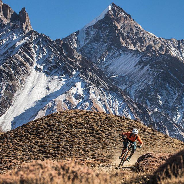 📍O #BanffWorldTour vai juntar no @hedenlisboa incríveis paisagens, desportos e pessoas. Em RJ Ripper (Joey Schusler, USA 2019) vamos aventurar-nos com Rajesh pelo Nepal. Nas ruas agitadas de Kathmandu ou nas montanhas brancas dos Himalaias, RJ realiza os seus sonhos enquanto procura ser uma boa influência na vida de crianças Nepalesas.💫 Oportunidade a não perder para assistir às aventuras de um dos mais jovens protagonistas a passar pelo #BanffPortugal2019! - #BanffWorldTour arrives at @hedenlisboa bringing together amazing people, sports and landscapes.🏔 In RJ Ripper (Joey Schusler, USA 2019) we will join Rajesh in his breathtaking rides around Nepal. From the scurrying streets of Kathmandu to the white Himalayan peaks, RJ aims to realize his racing dreams whilst having a lasting impact on Nepalese kids. Do not miss the chance to get to know the adventures of one of the youngest protagonists of #BanffPortugal2019! 🚵🏽♂️