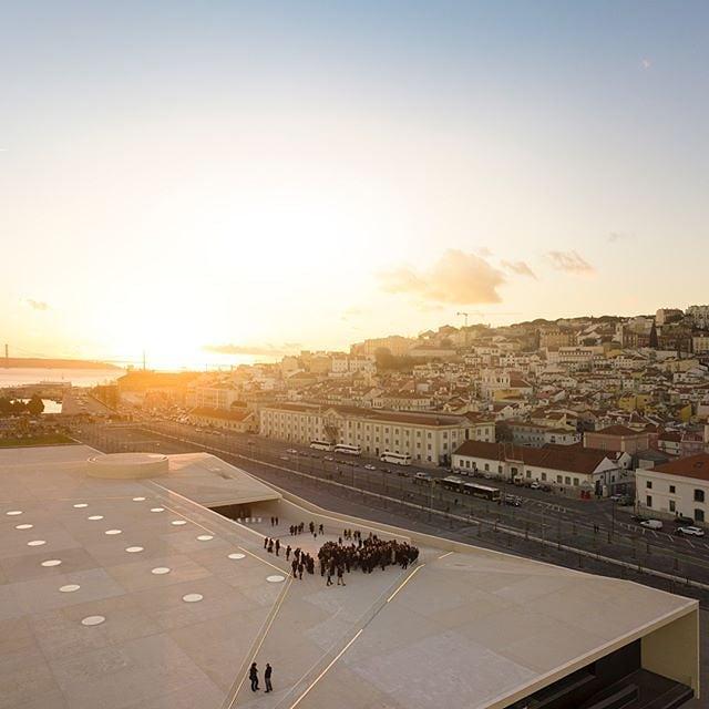 Preparem-se para uma tarde cheia de adrenalina fornecida por uma seleção de filmes de desporto ao ar livre, superação humana e ambientalismo. 🌅 Estamos radiantes por anunciar que o primeiro festival de cinema BANFF Portugal vai ser em Lisboa @lisboncruiseport, no dia 12 de Outubro. Respirem fundo, deixem-se inspirar pelos documentários fascinantes e aproveitem as vistas memoráveis entre as colinas de Lisboa e o rio Tejo. Estamos ansiosos por vê-los lá.👀 - Get ready for a full on, adrenaline packed and nature inspired evening of extreme outdoor sports, overachievement and environmentalism. 🗻 We're thrilled to announce that the first ever BANFF Film Festival Portugal is happening in Lisbon at #lisboncruiseport, on the 12th of October. ✌️ Save your breath, so you can inhale the thrilling documentaries, the inspiring stories, and the stunning views between the hills of Lisbon and the waters of Tejo. Cannot wait to see you there. 📷 @fernandogguerra