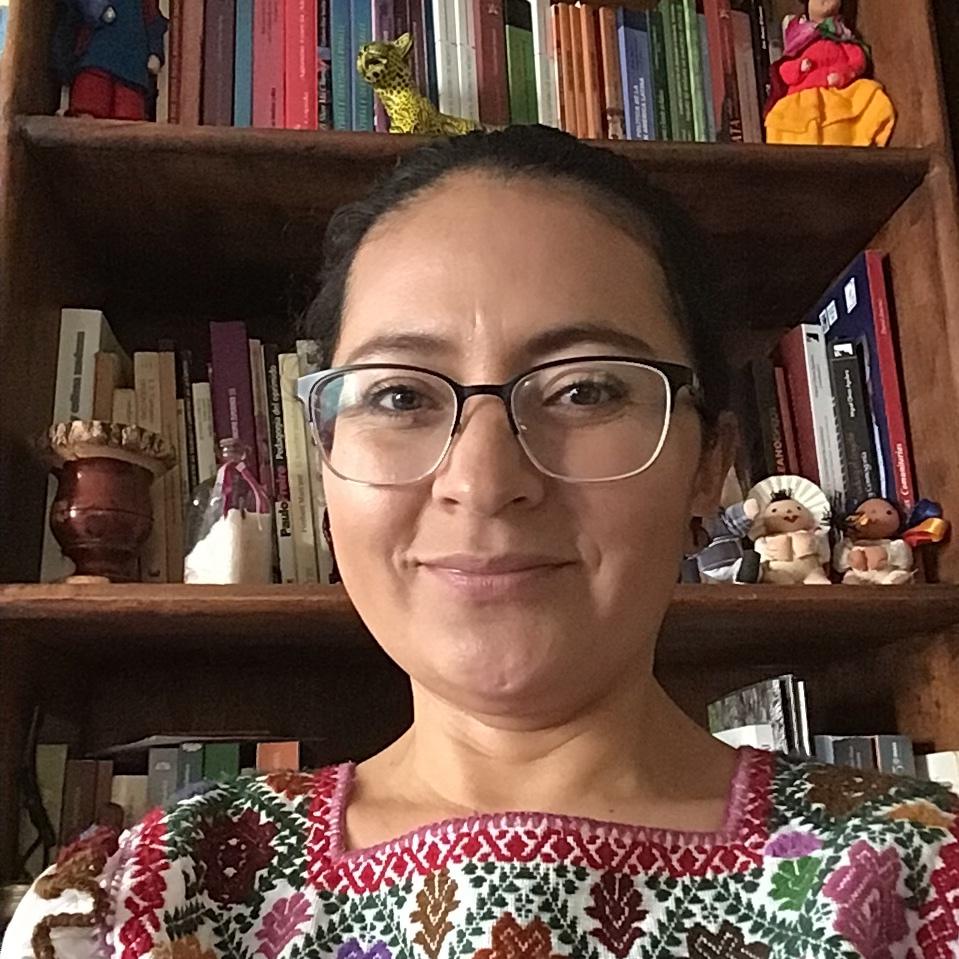 Carmen Cariño Trujillo - Penseure et activiste anticoloniale et décoloniale. Carmen Cariño Trujillo est née et a grandi au Mexique dans une famille paysanne / mixtèque. Elle est sociologue, maître en développement rural et docteure en sciences anthropologiques de l'Université Autonome Métropolitaine (UAM). Étudiante de la Petite École Zapatiste (Escuelita Zapatista). Elle est actuellement professeure-chercheure à l'UAM-Azcapotzalco et elle participe aux espaces collectifs des femmes autochtones et paysannes qui se battent pour la terre et le territoire au Mexique.