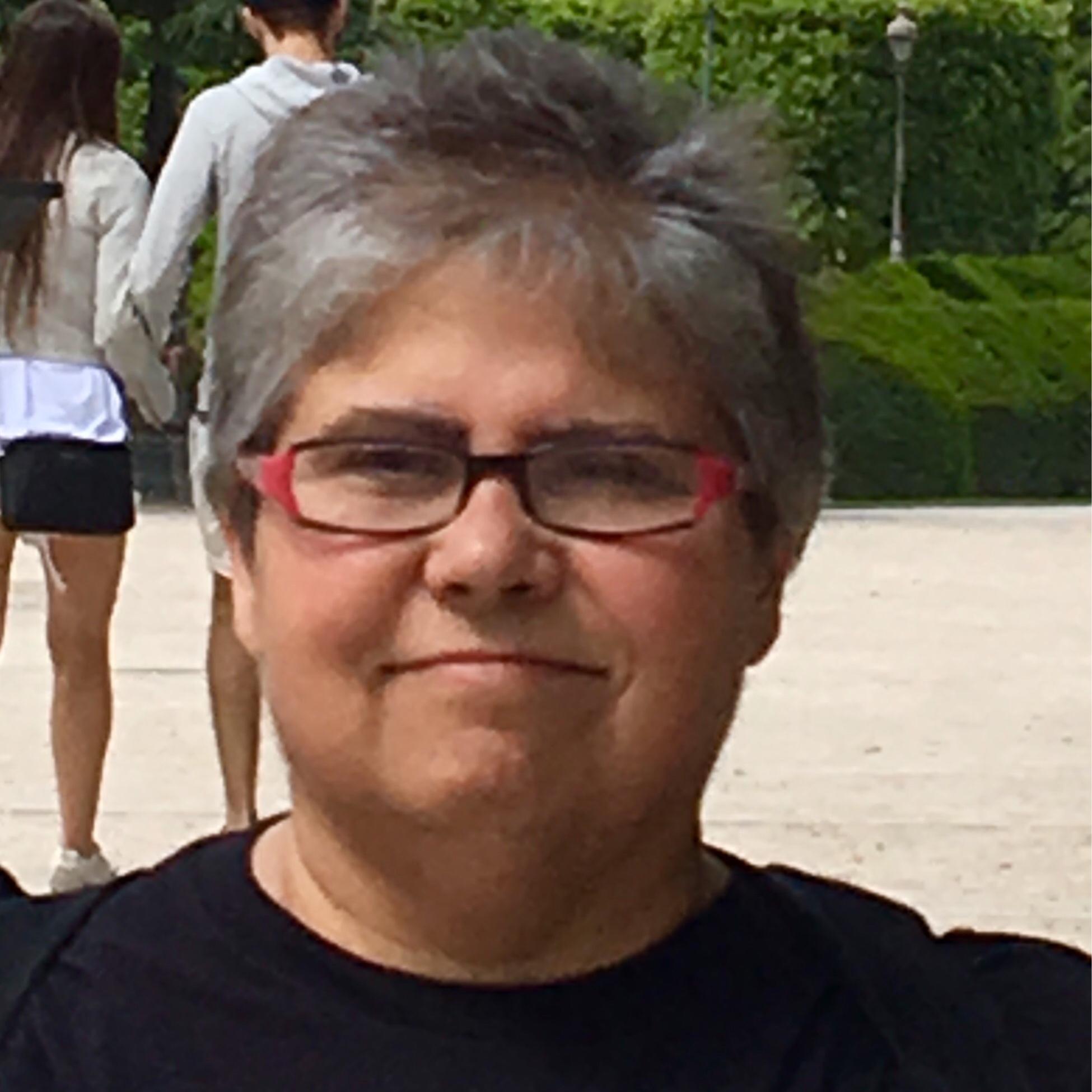 Élizabeth Diane Labelle - Élizabeth Diane Labelle cumule plus de 35 ans d'expérience dans le monde de l'éducation comme enseignante, consultante, administratrice et présentatrice. Elle milite pour les droits des personnes bi-spirituelles (Two-spirit) depuis les années 1976, et est fréquemment invitée comme conférencière et chercheure sur cette question.
