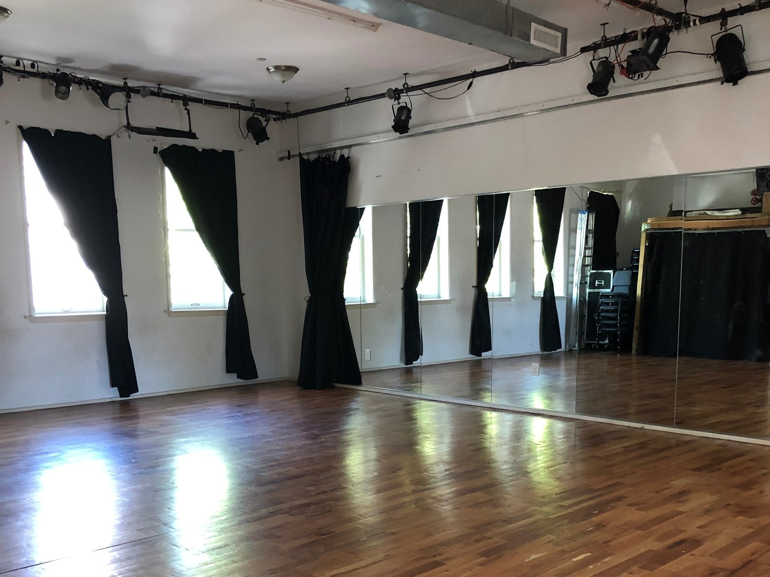 DOUGLAS ELLIMAN STUDIO THEATER - 27' W x 30' L