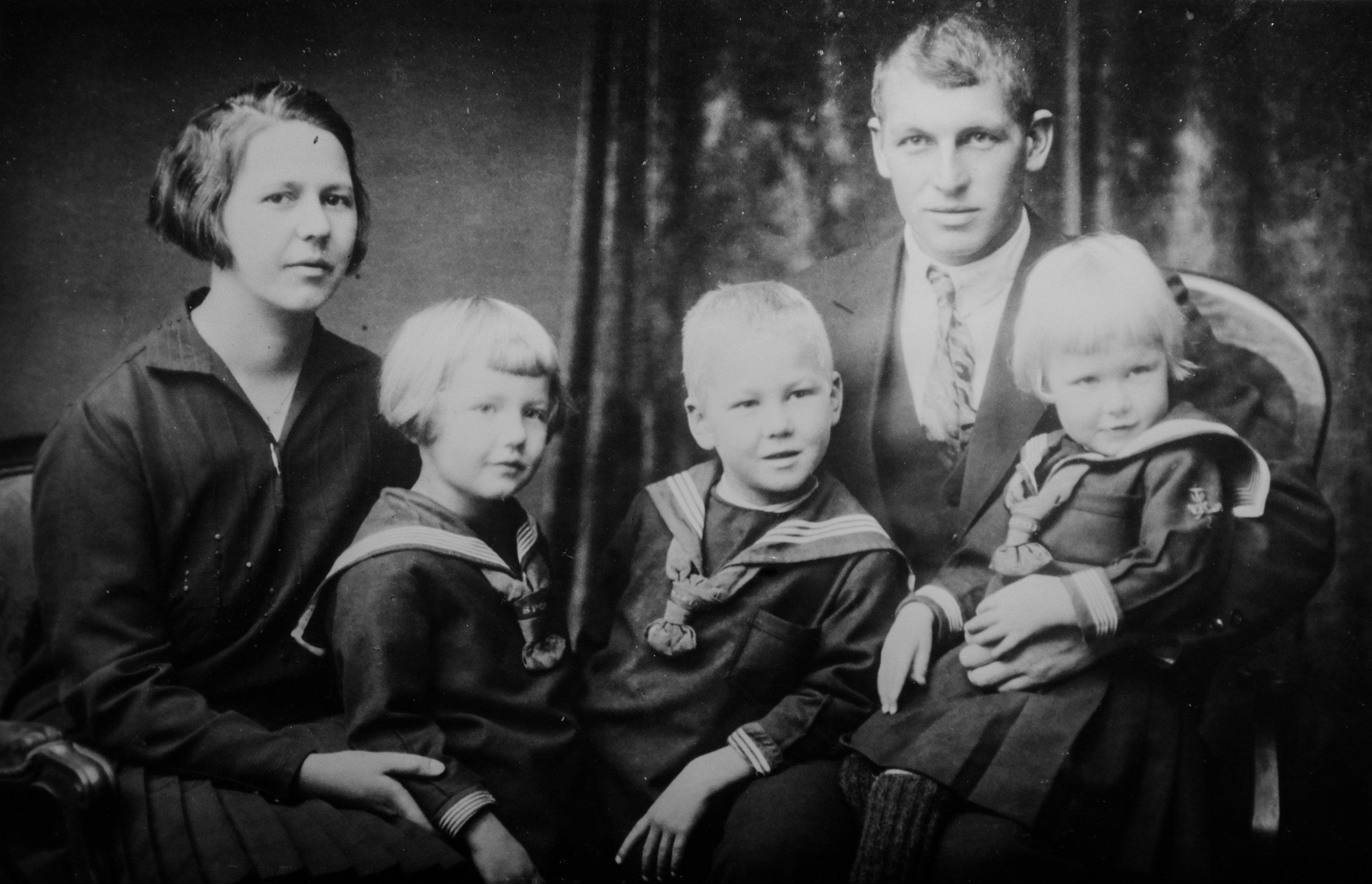 Familiebilete frå ca 1930. Birgit og Endre Haugen med tre av barna sine (frå venstre): Mari, Lambrecht og Ragnhild. (Fotograf ukjend)