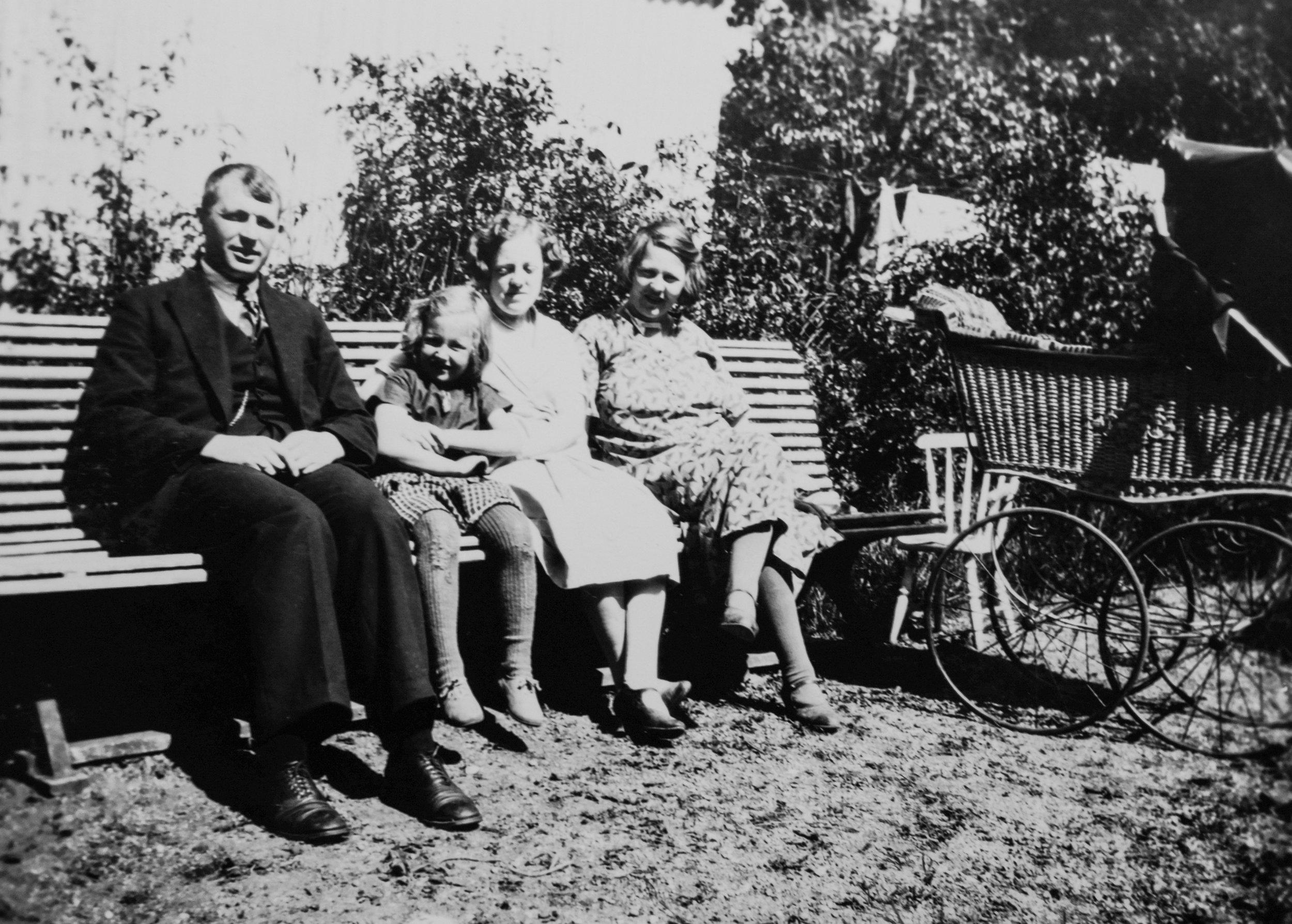 Frå venstre:Haugen, Ragnhild (dotter), Sigrid (søster) og Birgit (kone). I vogna ligg truleg Endre jr. (Fotograf ukjend)
