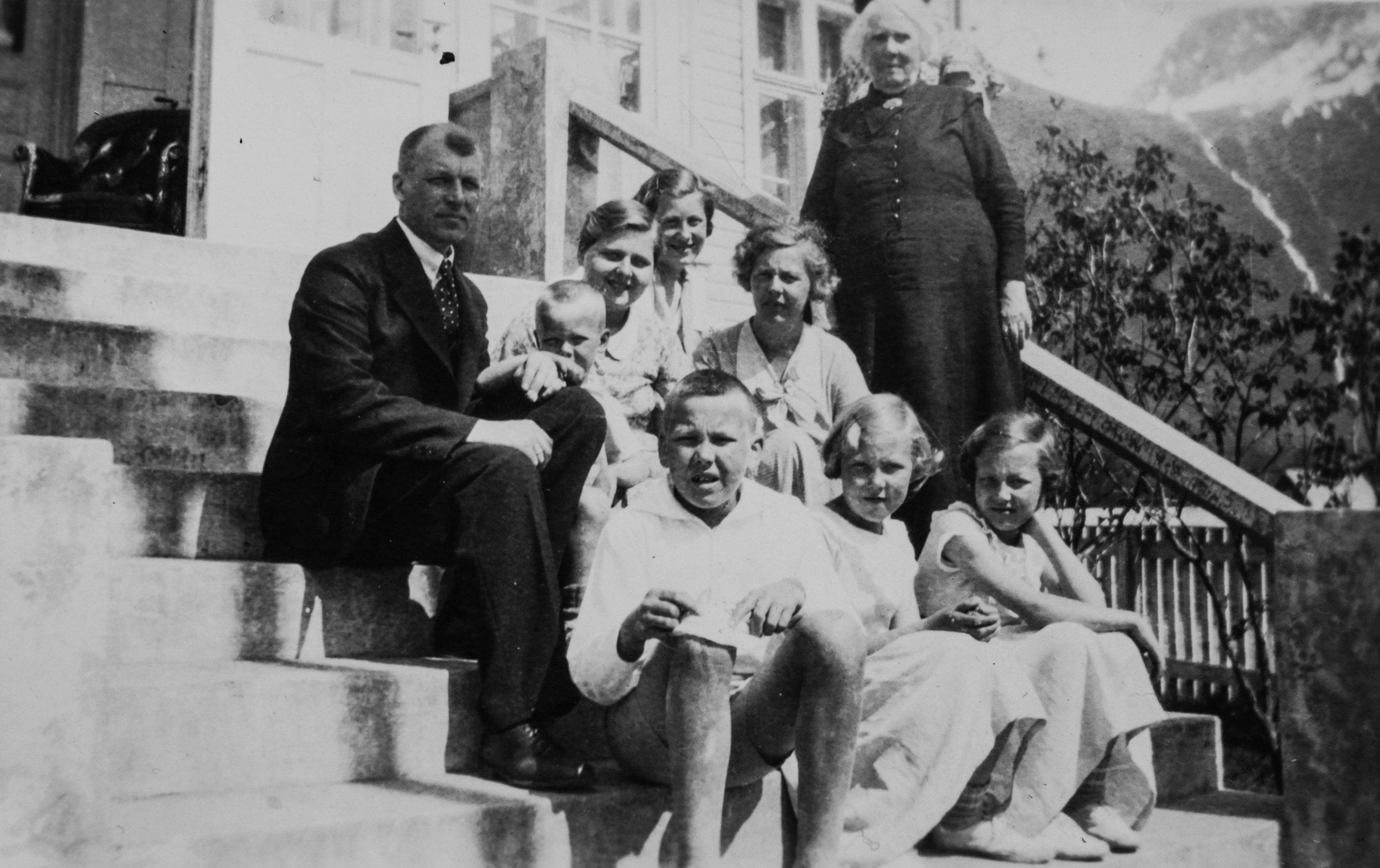 Haugen og ein del av familien hans utanfor bustaden i Rosendal (framme frå venstre): Borna Lambrecht, Ragnhild og Mari. Ved sida av dokteren sit Endre jr., Dot (niese), Sigrid (søster) og Birgit (kone). Svigermora Ragnhild Knudsen heilt til høgre.(Fotograf ukjend)