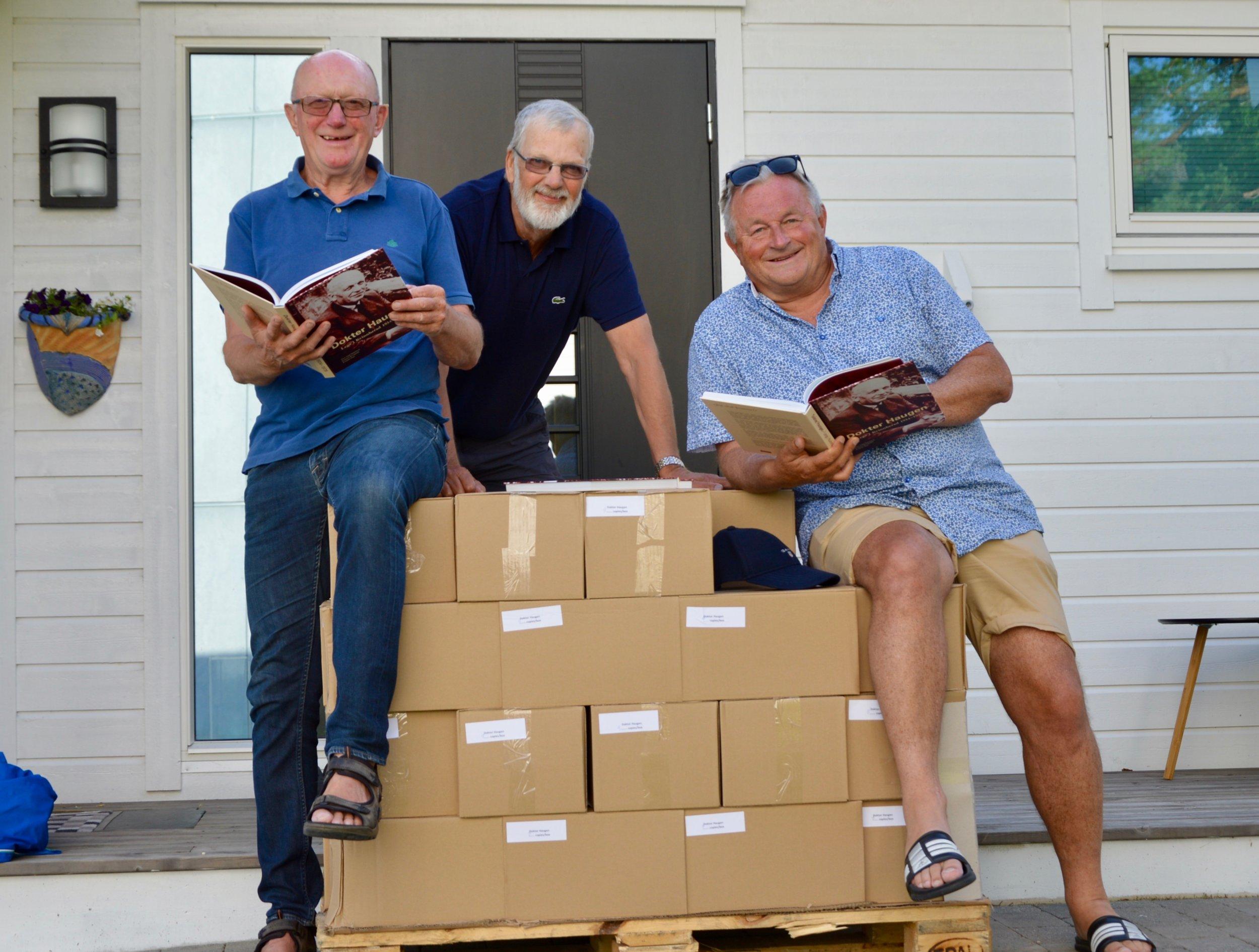 Boknemnda tok imot nye bøker 17. juli 2019, og gler seg over det gode salet. (Foto: Solveig Helgeland Hus)