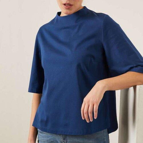 Bluse mit stehkragen - Material: 100% BiobaumwollePreis: 89,90 €Erhältlich: loveco-shop.deEine wunderschöne blaue Bluse ist diese von der Marke Lanius, ein deutsches GOTS-zertifizierte Modelabel, das Nachhaltigkeit mit fairen Arbeitsbedingungen und femininen Schnitten zusammen bringt. Passend zur grauen Jeans ist dein Look damit perfekt. Der Kragen ist leicht erhöht und die 3/4-Ärmel weit geschnittene. Die Bluse kommt nicht zu elegant aber auch nicht zu lässig rüber, genau der richtige Style für den Tag im Büro.