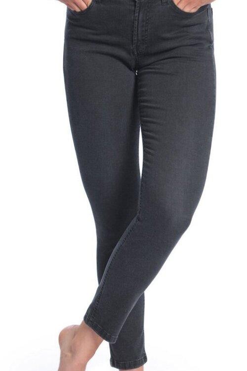 Bleed - Material: Bio-BaumwolleHergestellt in: TunesienSchnitt: Slim Fit, Mid-WaistPreis: 99,95 €Erhältlich: grundstoff.netDiese eng anliegende Mid-Waist Jeans aus Bio-Baumwolle hat es uns ebenfalls angetan. Der leichte Stoff und der geringe Anteil von Elastan sorgen für Flexibilität und Bewegungsfreiheit. Sie ist perfekt für Sommertage, denn die Light Jeans wird auch bei hohen Temperaturen nicht zu warm. Der Hersteller Bleed produziert all seine Jeans fair, vegan und ohne kritische Chemikalien.