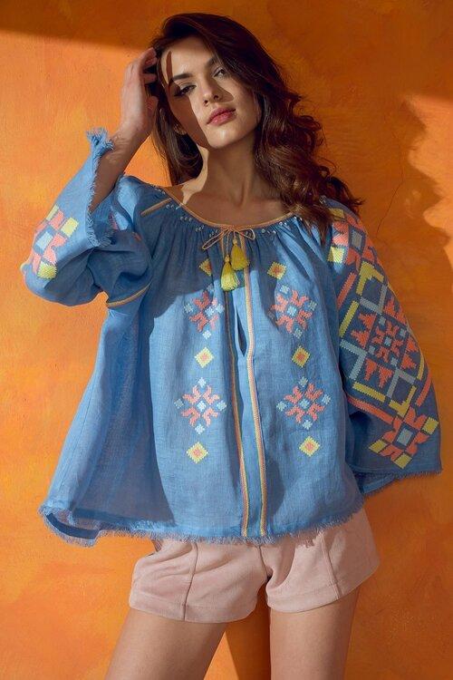 """SLEEPING GYPSY Designer Bluse - Material: 100% LeinenPreis: 249,00 €Erhältlich: le-shop-vegan.deEin echter Blickfang im Sommer ist diese Designerbluse aus Leinen mit feinen Stickereien und Knöpfen am Kragen. Die vegane Marke Sleeping Gypsy ist ein Fair Fashion Label aus der Ukraine, die sich von der traditionellen Handwerkskunst des Heimatslandes der Designerin inspirieren lässt. Das Exmodel Katya Hermann verspricht besonders lange Haltbarkeit ihrer Stücke. Weil sie findet, dass """"wir nicht mehr Kleidung brauchen, sondern bessere"""