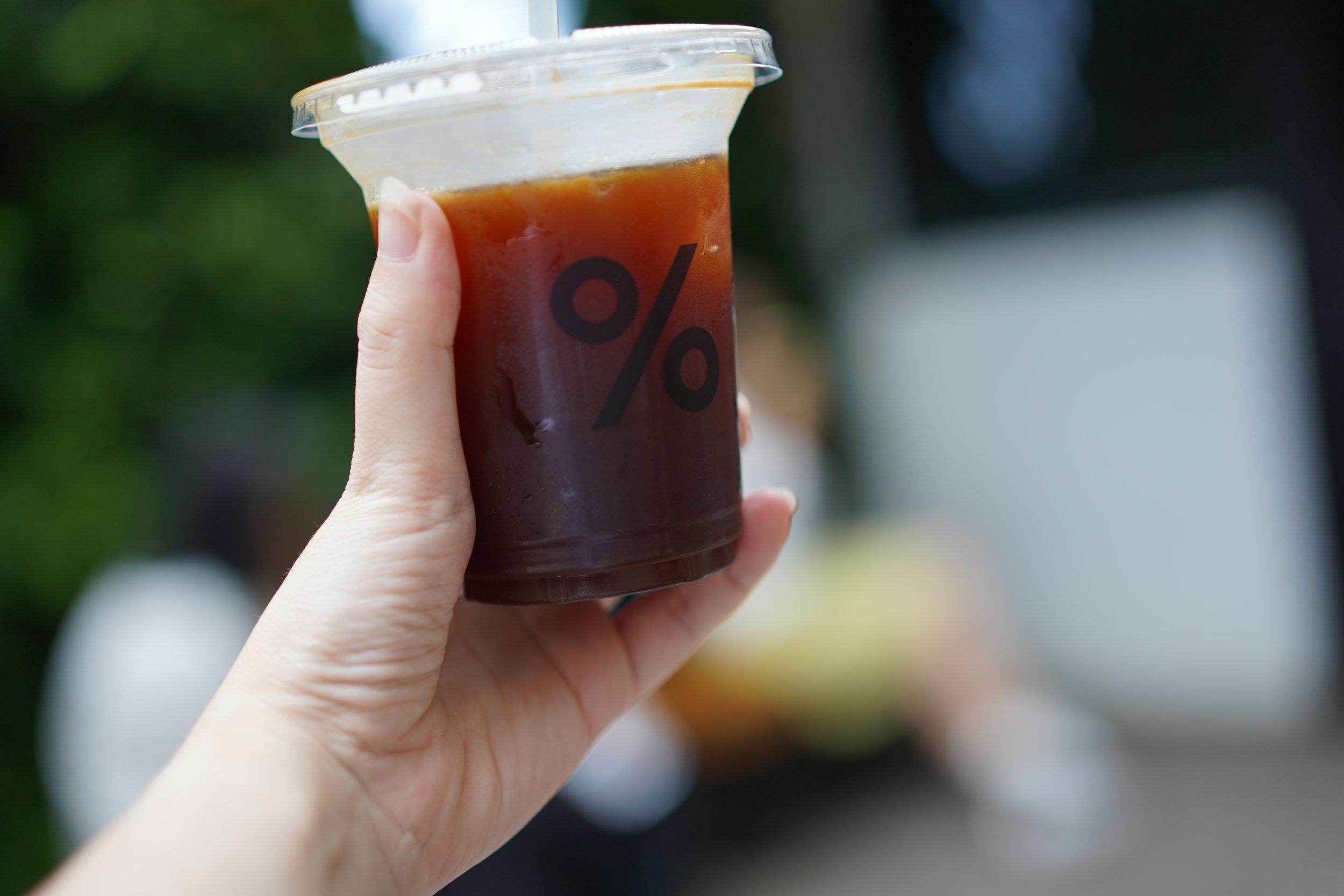 我的 Americano,杯子也是很簡單的印上 %