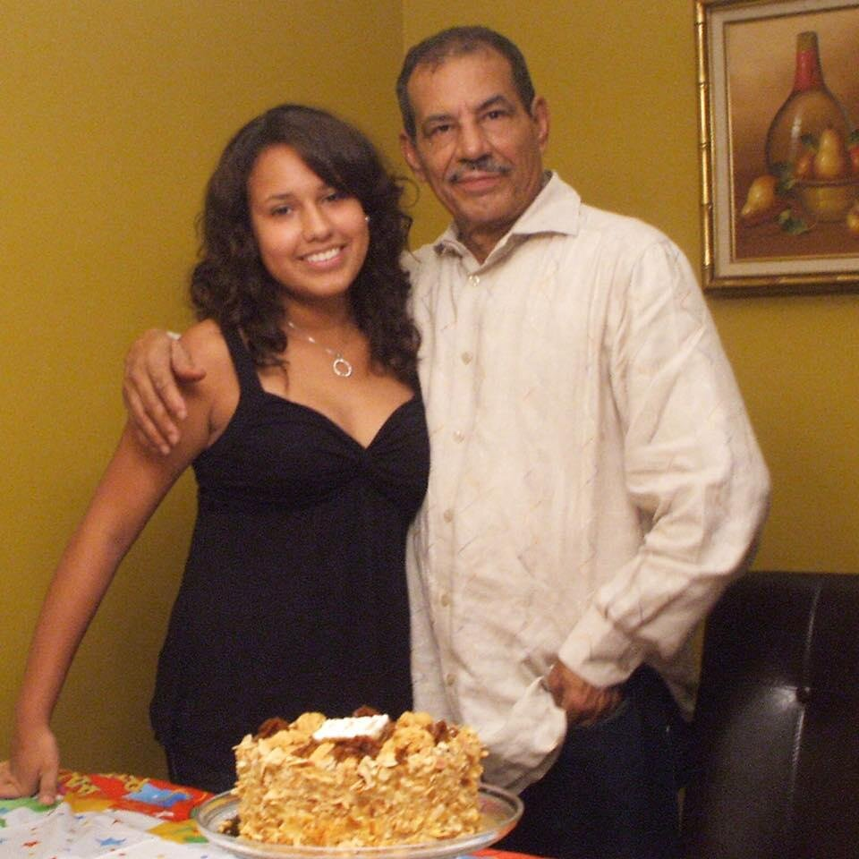 Gabriella, y su papi Juan Rodríguez, con un bizcocho que él preparó