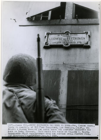 An American soldier at the Beethoven-Haus